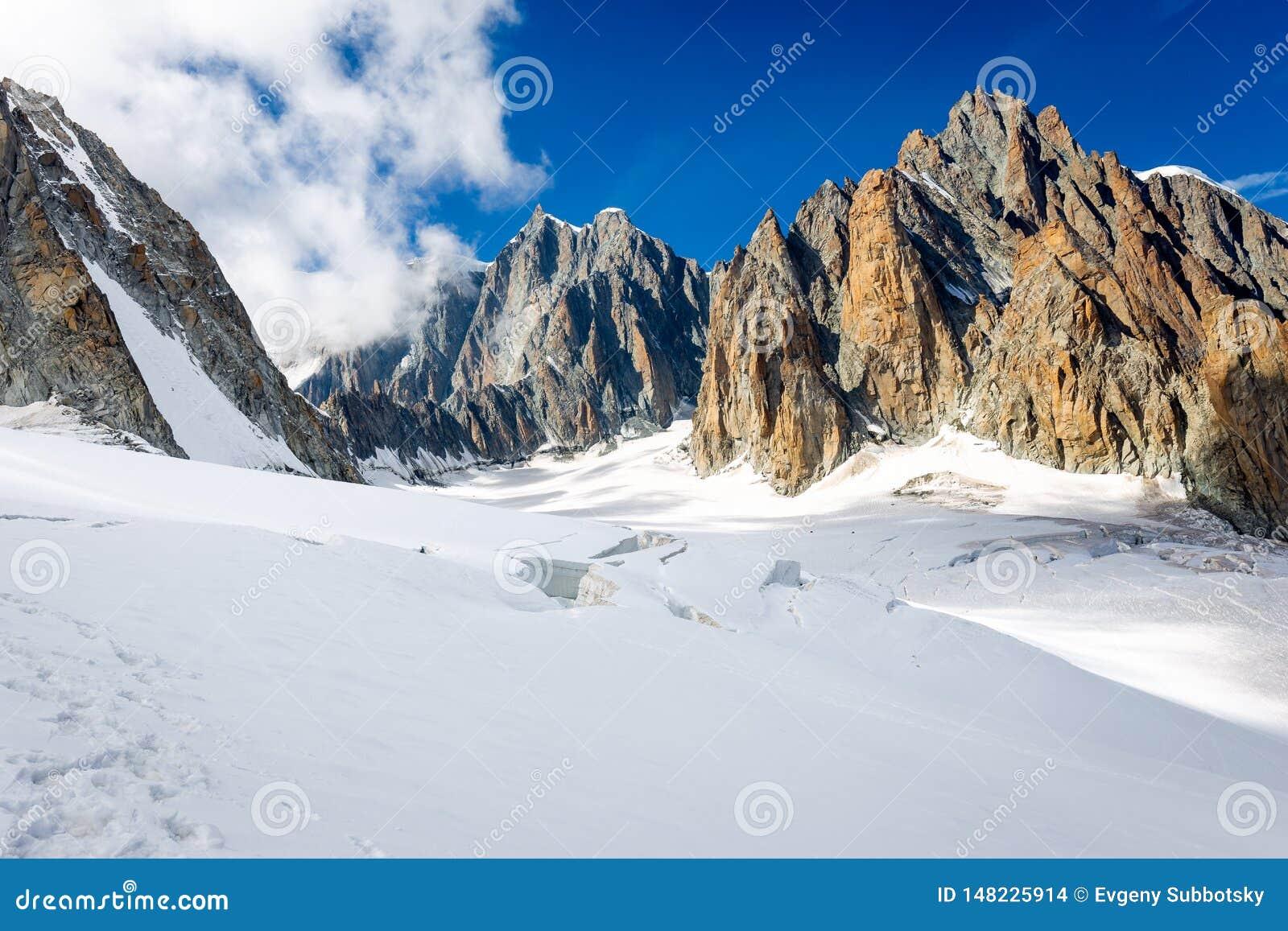 Τοπίο παγετώνων κορυφών κορυφογραμμών βουνών Άλπεων, ορεινός όγκος της Mont Blanc