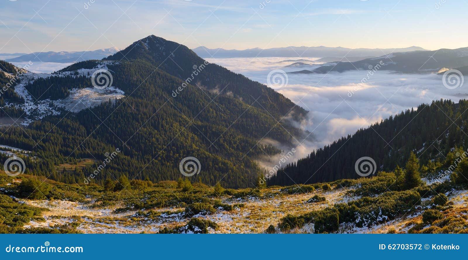 Τοπίο πρωινού στα βουνά