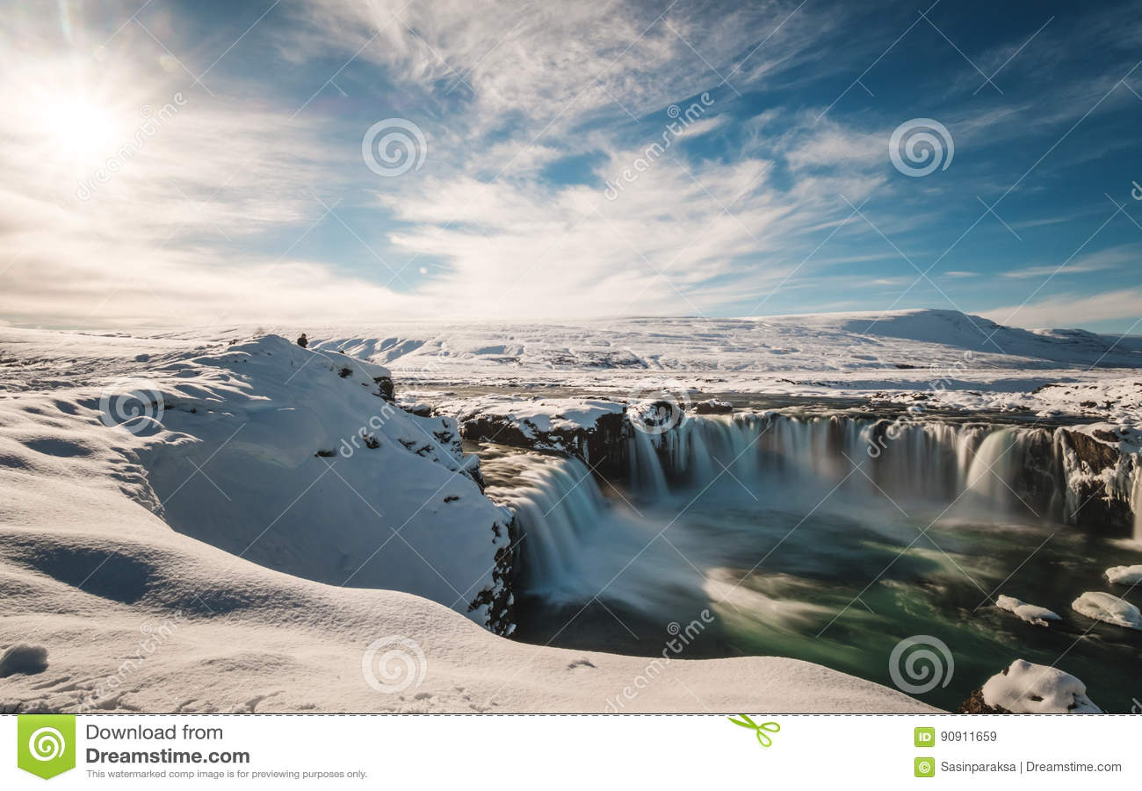 Τοπίο, πτώση νερού Godafoss στο χειμώνα στην Ισλανδία με το φωτεινό φως του ήλιου