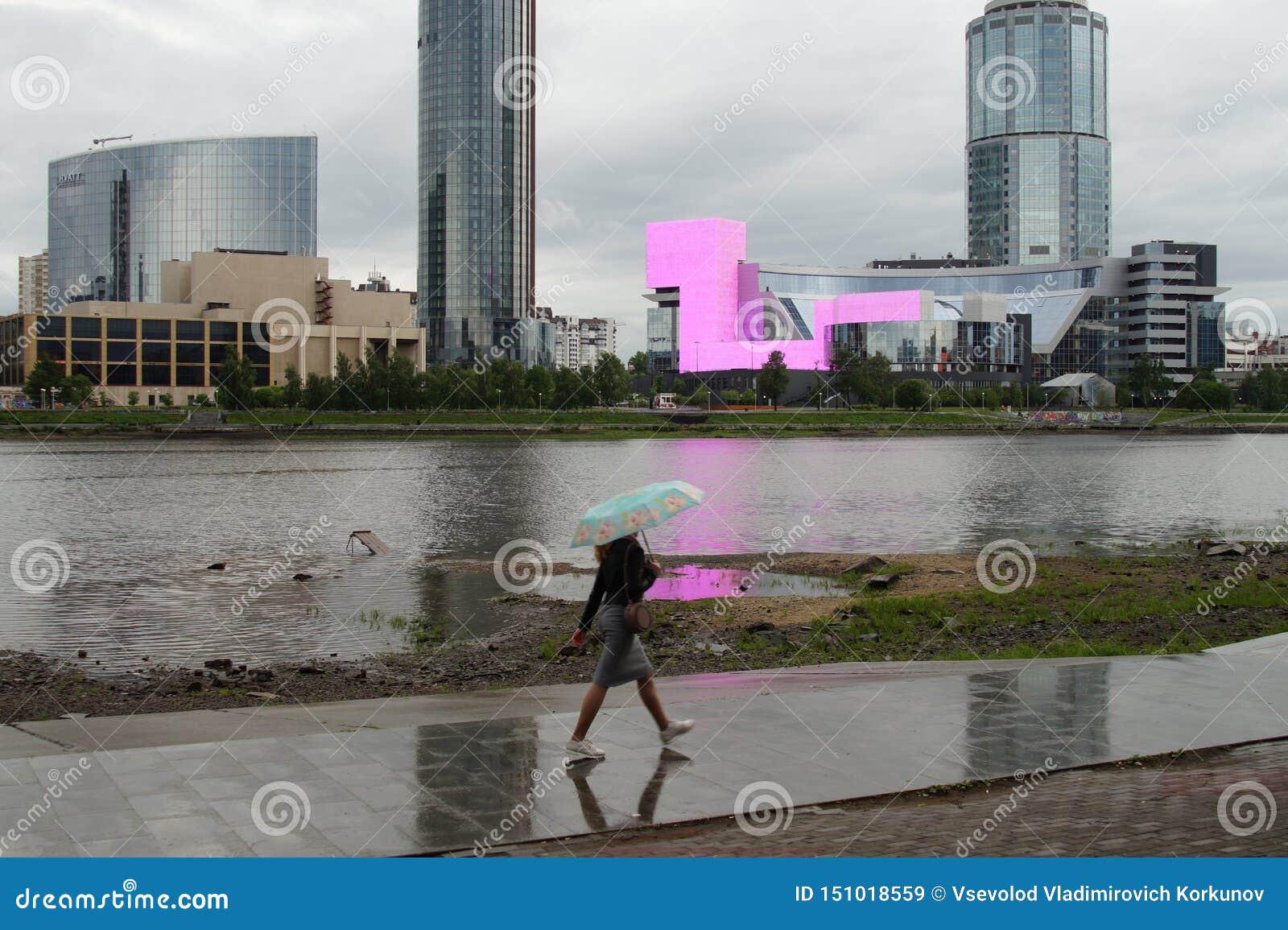 Τοπίο πόλεων για την καθημερινή εργασία Βροχή, εργασία και θλιβερός ουρανός