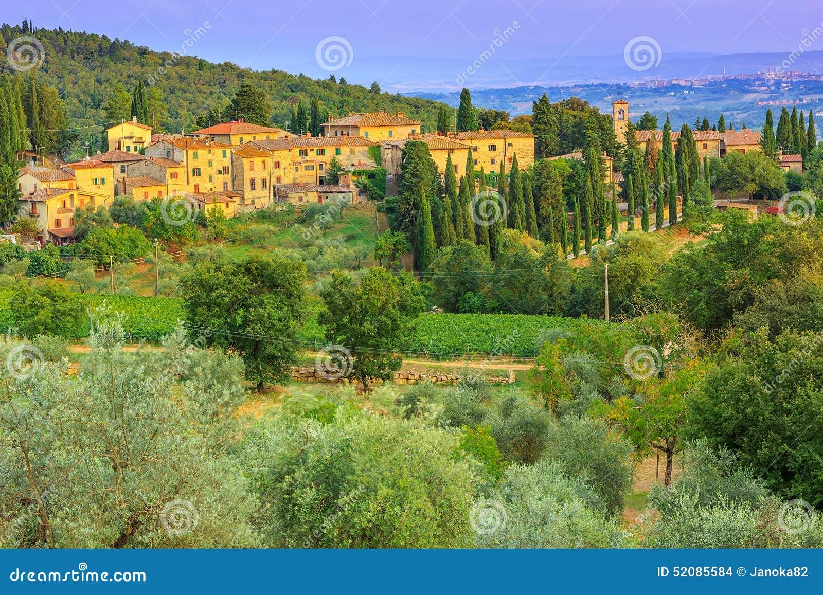 Τοπίο της Τοσκάνης με τη φυτεία πόλεων και ελιών στο λόφο