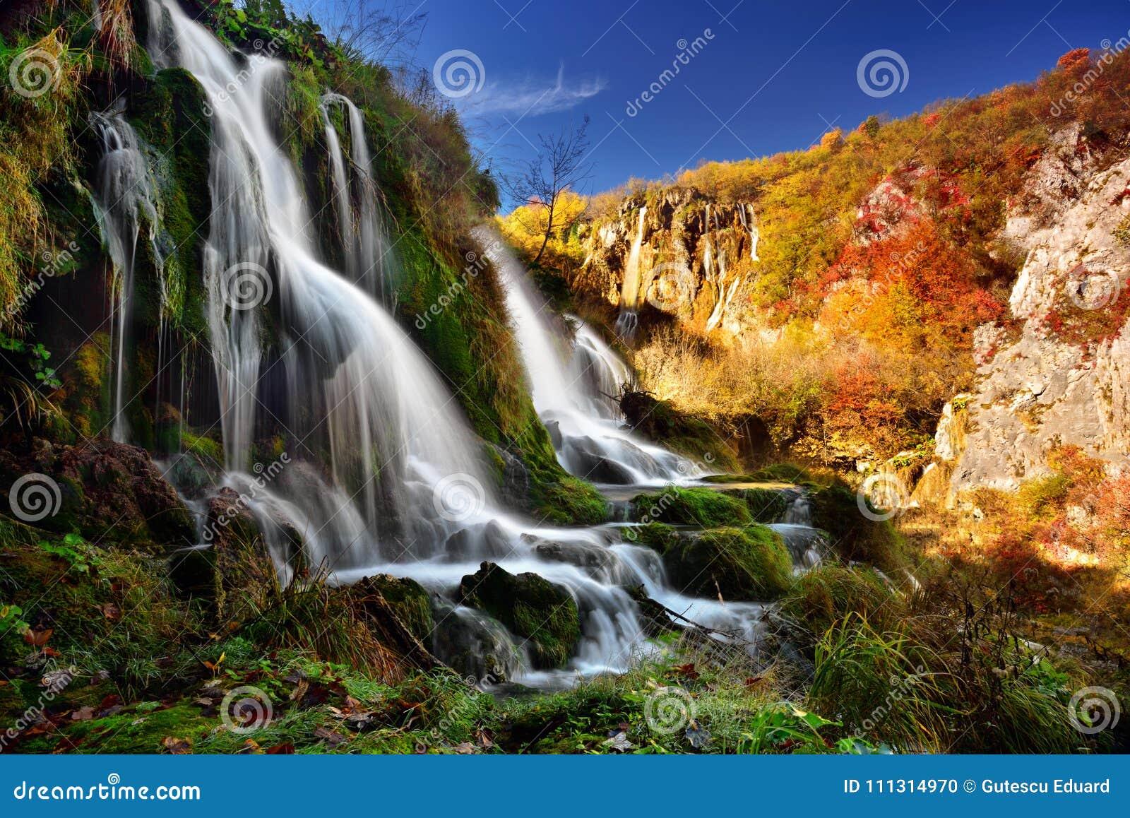 Τοπίο φθινοπώρου στο εθνικό πάρκο λιμνών Plitvice, Croatia