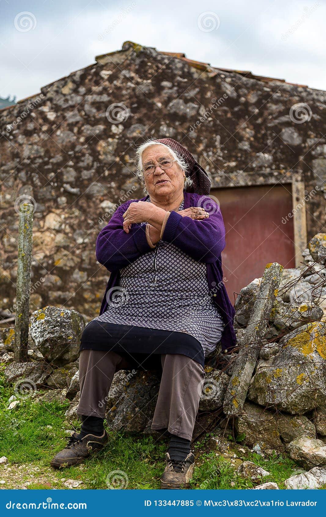 Τοποθέτηση ηλικιωμένων κυριών υπερήφανη της ιστορίας ζωής της