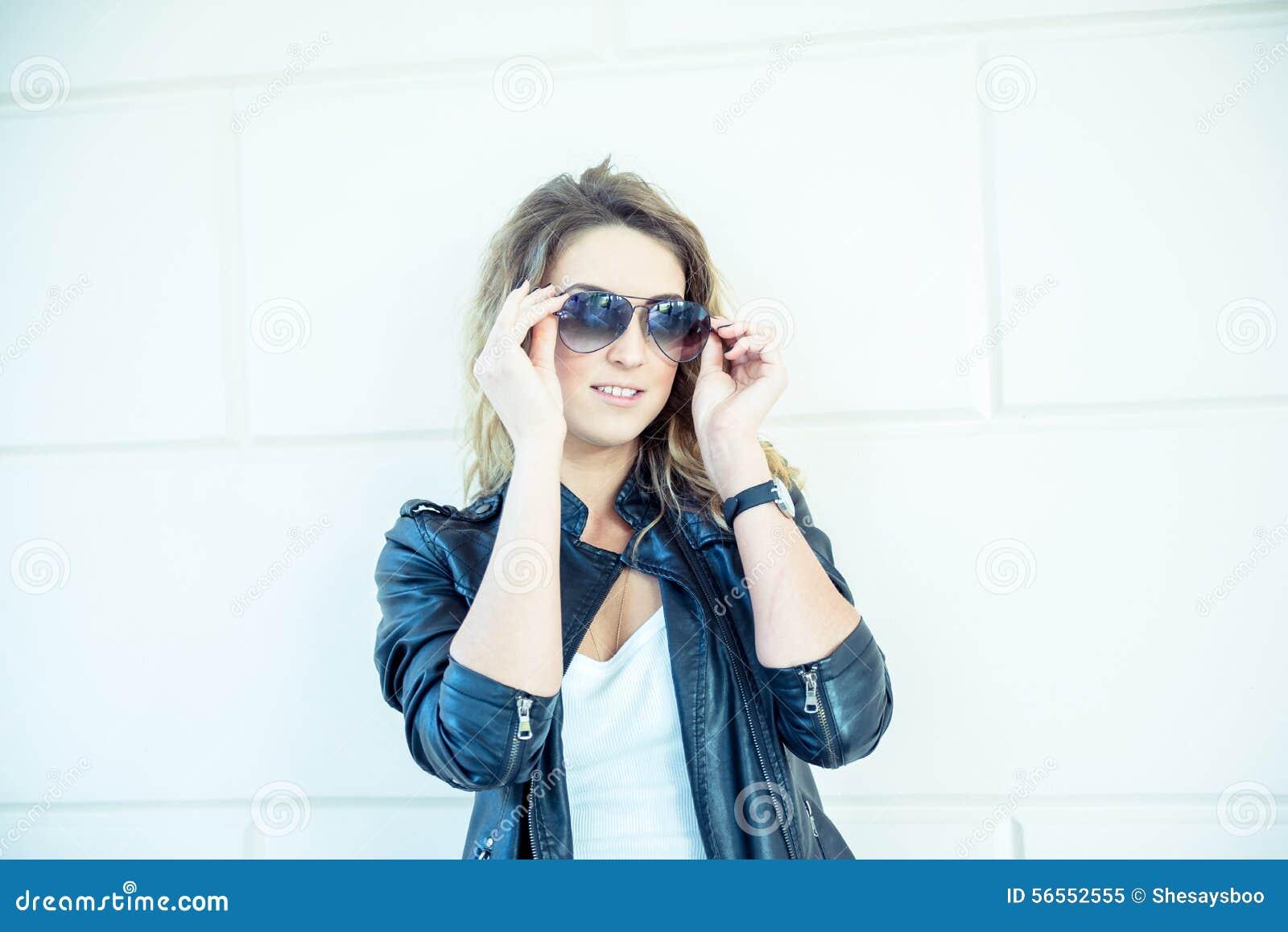 Download Τοποθέτηση κοριτσιών μόδας με το σακάκι δέρματος Στοκ Εικόνα - εικόνα από ευτυχία, άνθρωποι: 56552555