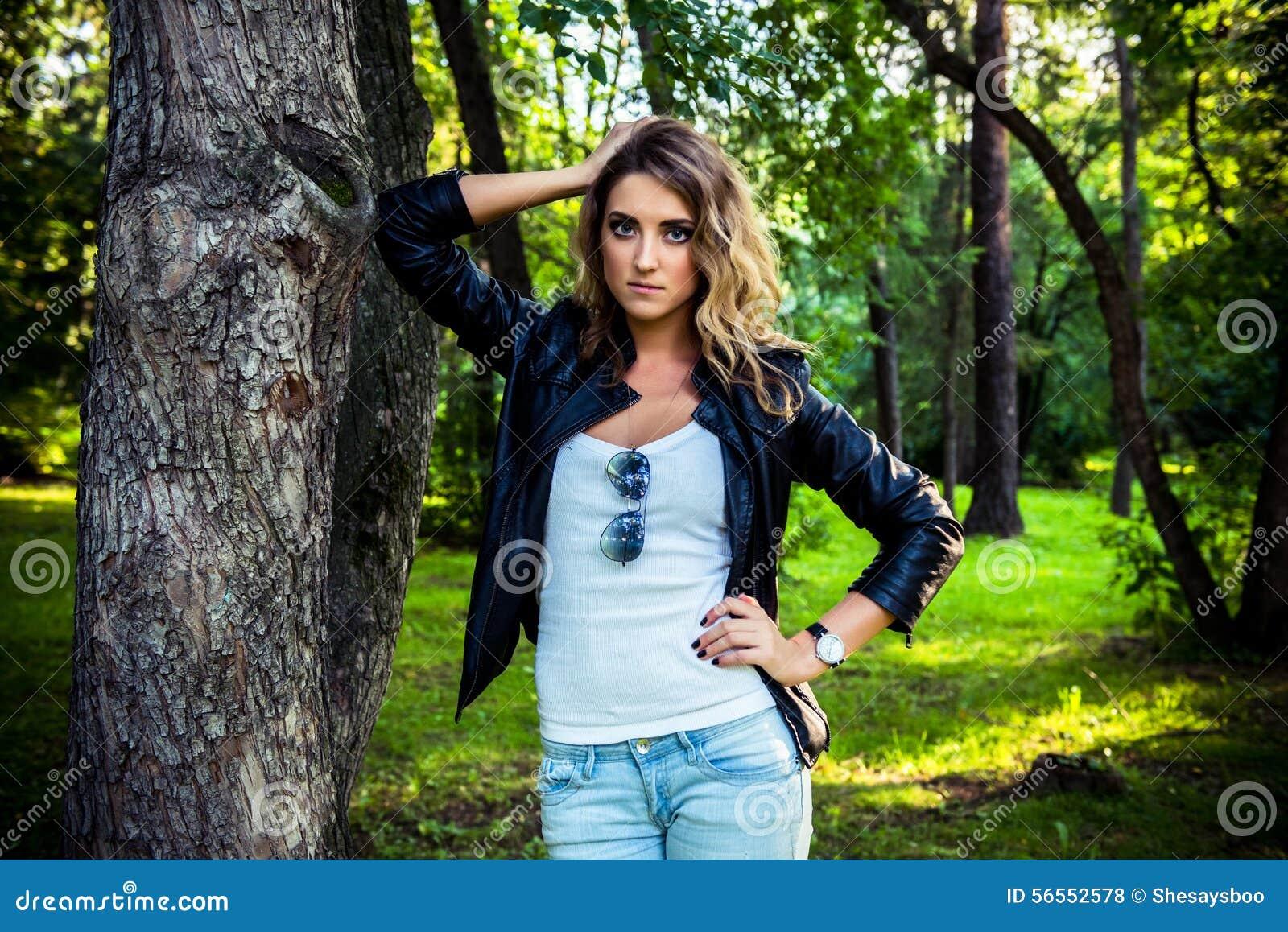 Download Τοποθέτηση κοριτσιών μόδας με το σακάκι δέρματος Στοκ Εικόνες - εικόνα από πορτρέτο, χαμόγελο: 56552578
