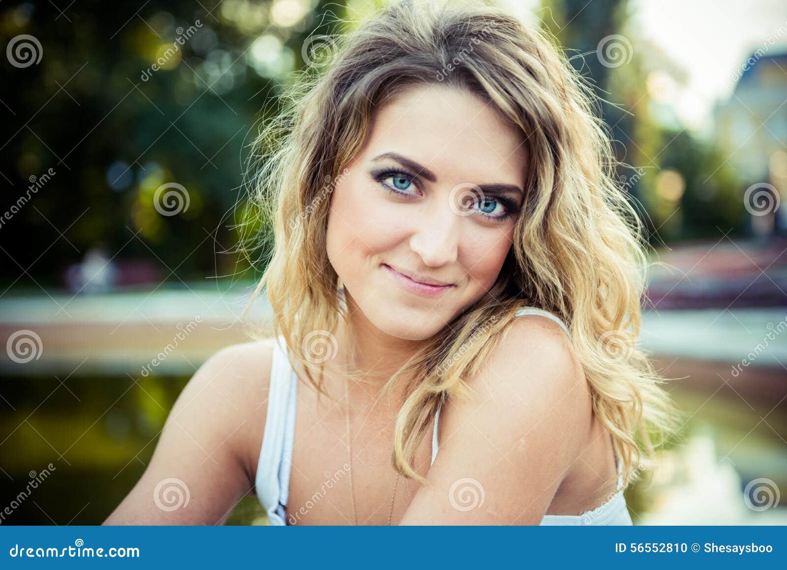 Download Τοποθέτηση κοριτσιών μόδας με το σακάκι δέρματος Στοκ Εικόνες - εικόνα από οδοντωτός, άνθρωποι: 56552810