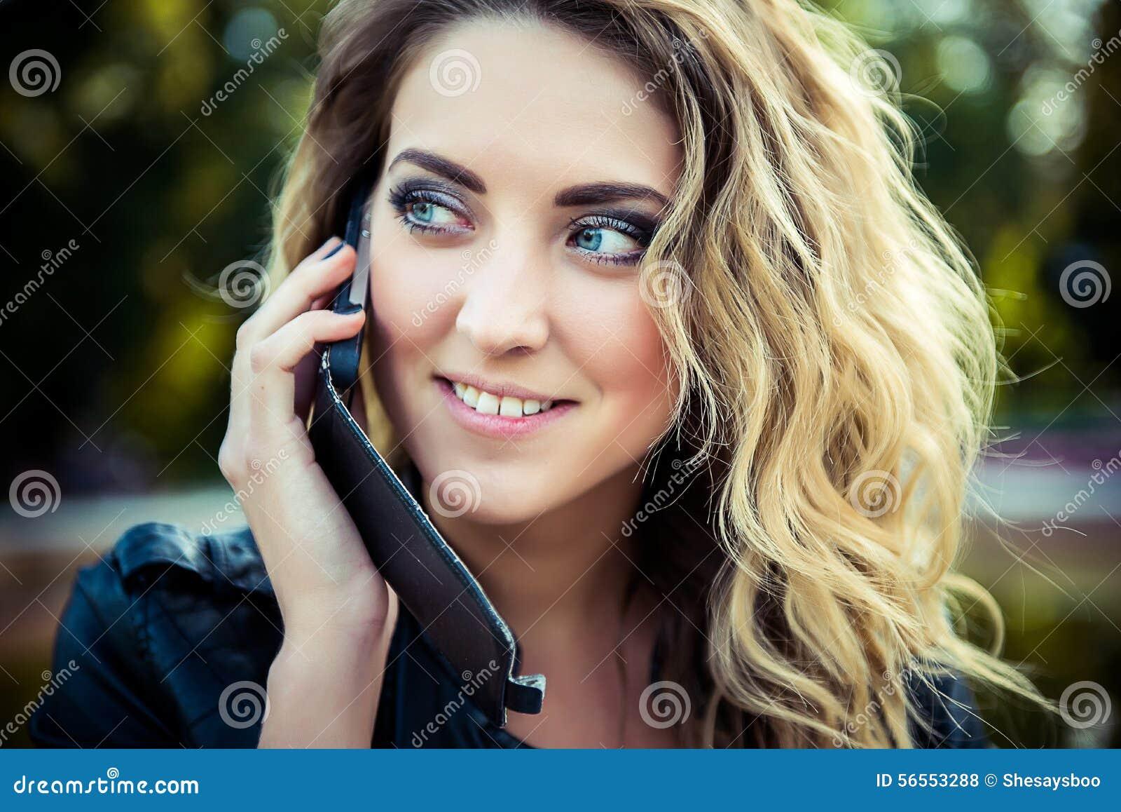 Download Τοποθέτηση κοριτσιών μόδας με το σακάκι δέρματος Στοκ Εικόνες - εικόνα από άνθρωποι, συγκινήσεις: 56553288