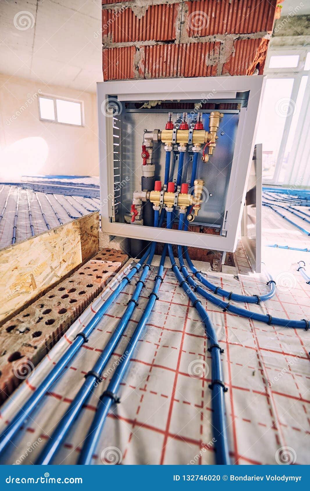 Τοποθέτηση των σωλήνων για τη θέρμανση πατωμάτων στο εργοτάξιο οικοδομής του χ