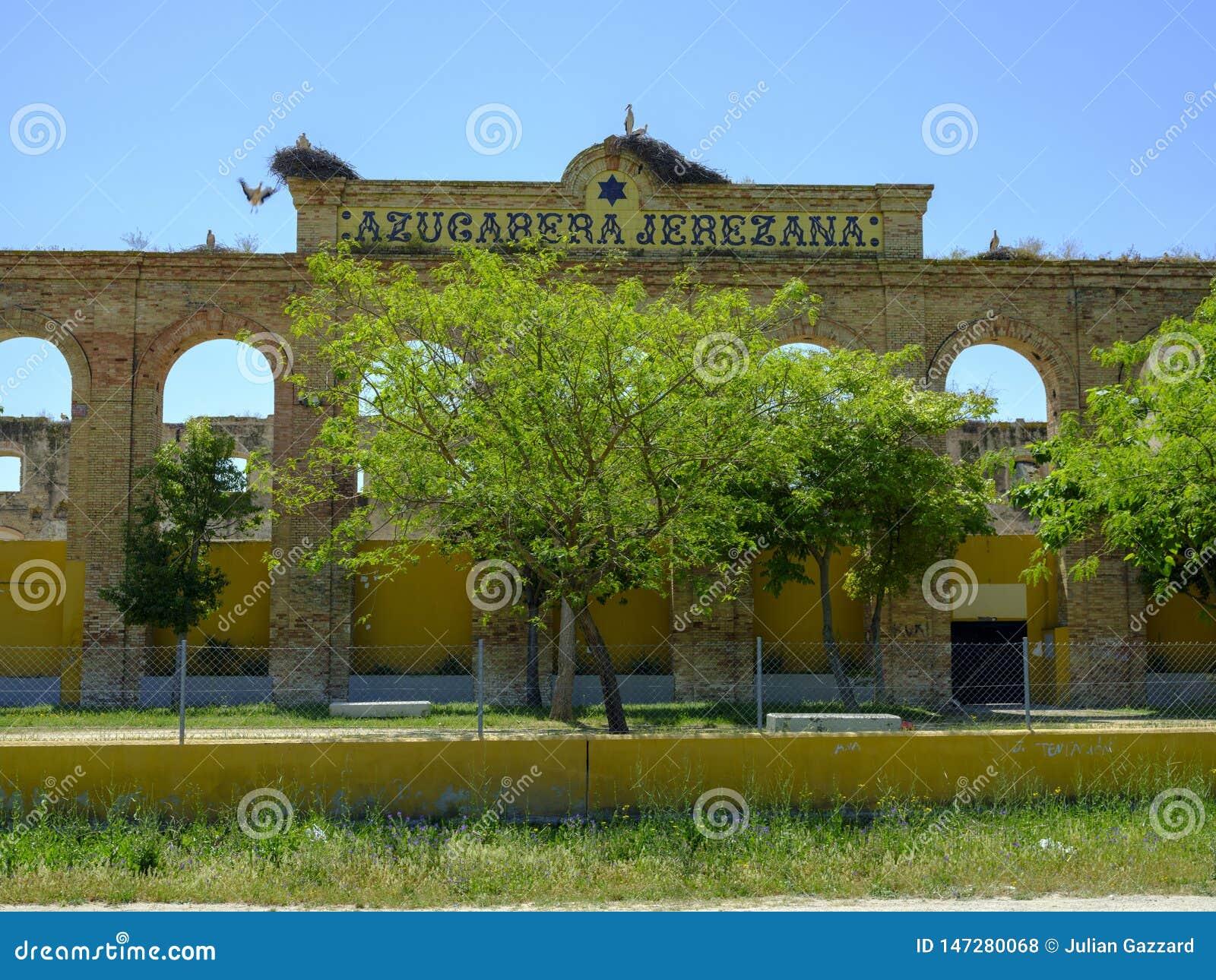 Τοποθεμένος πελαργοί σε ένα εγκαταλελειμμένο εργοστάσιο, Ισπανία