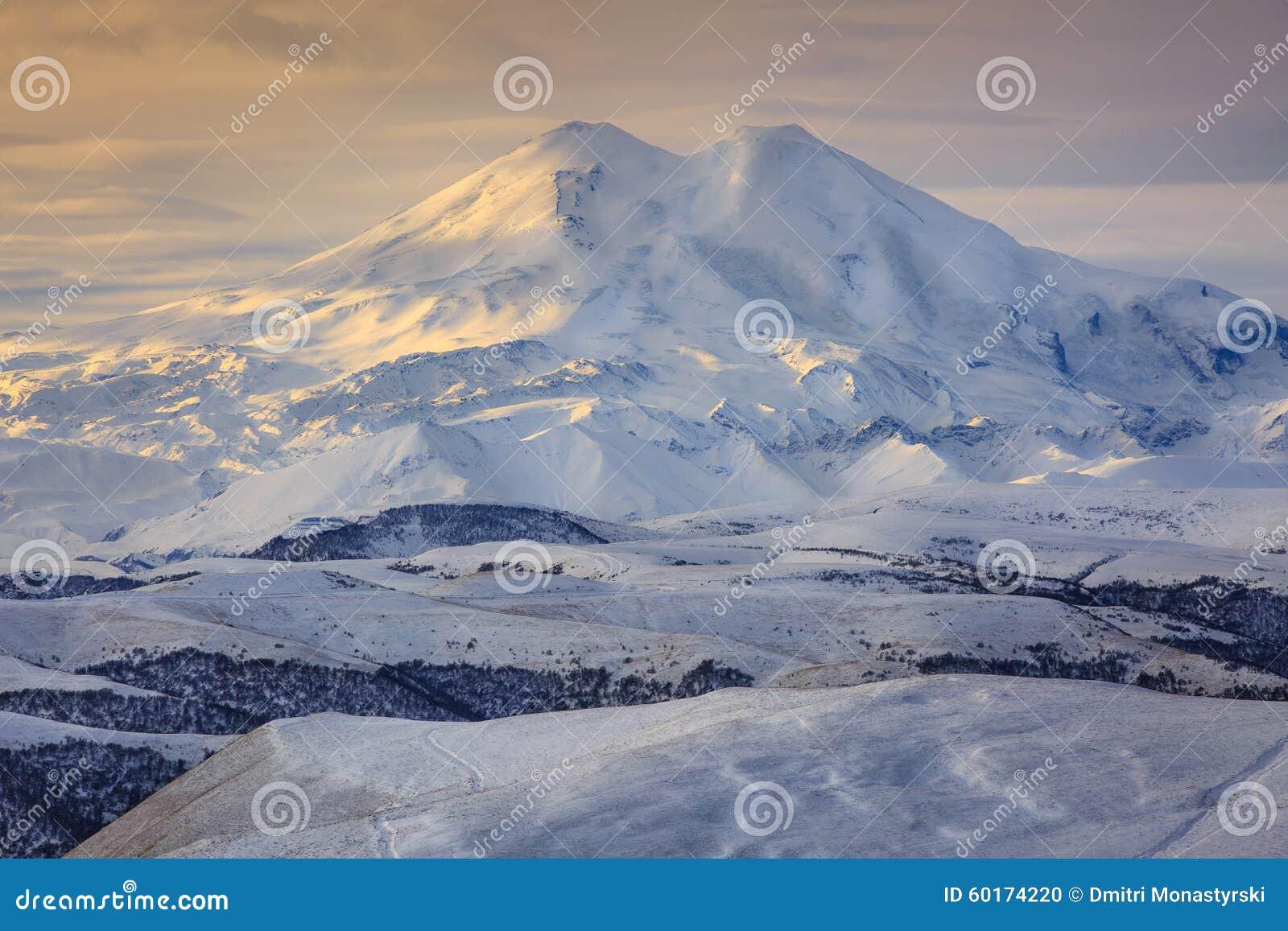 Τοποθετήστε Elbrus στον ήλιο φθινοπώρου στη χαραυγή