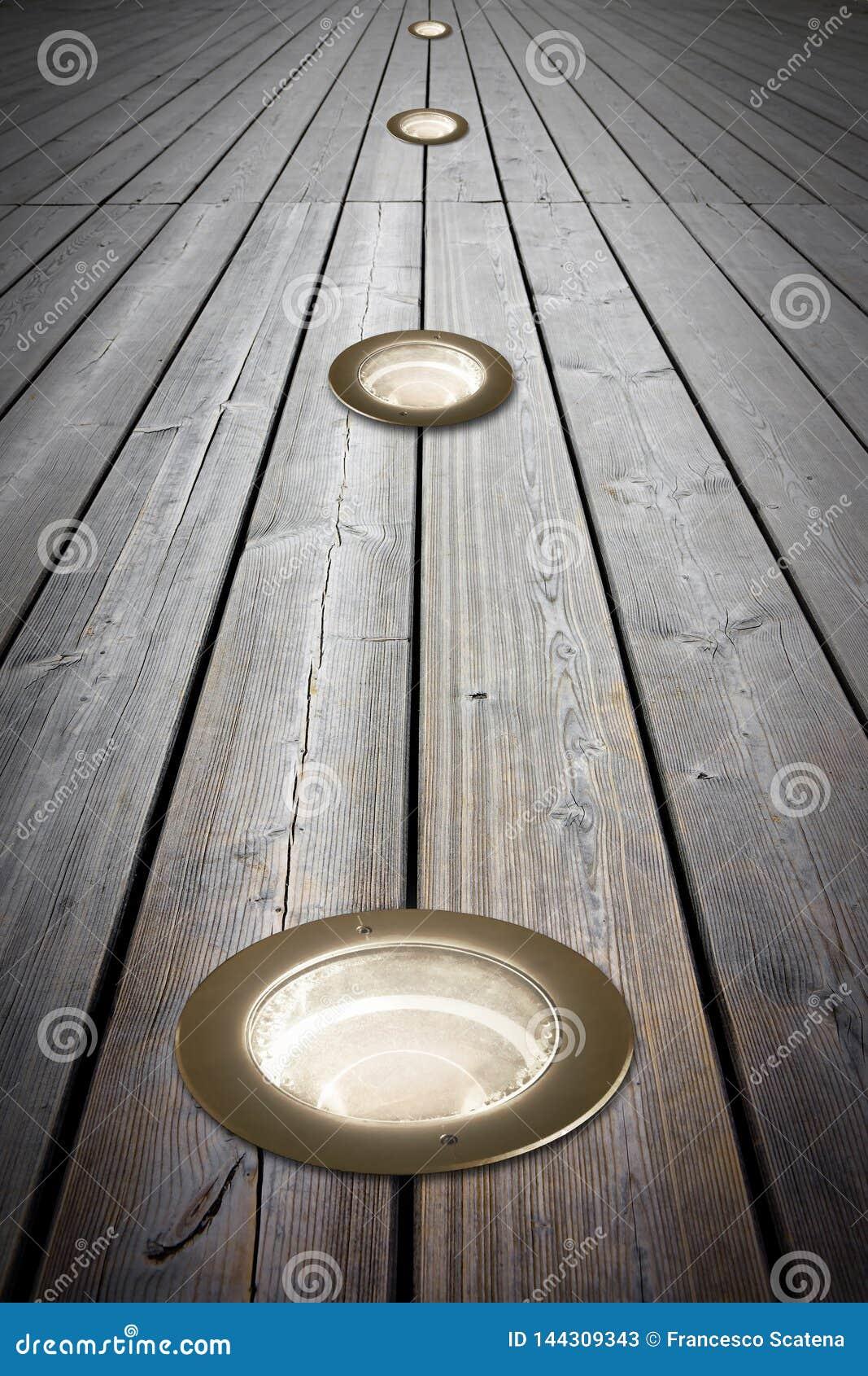 Τοποθετημένος λαμπτήρας πατωμάτων στο παλαιό ξύλινο πάτωμα - εικόνα με το διάστημα αντιγράφων
