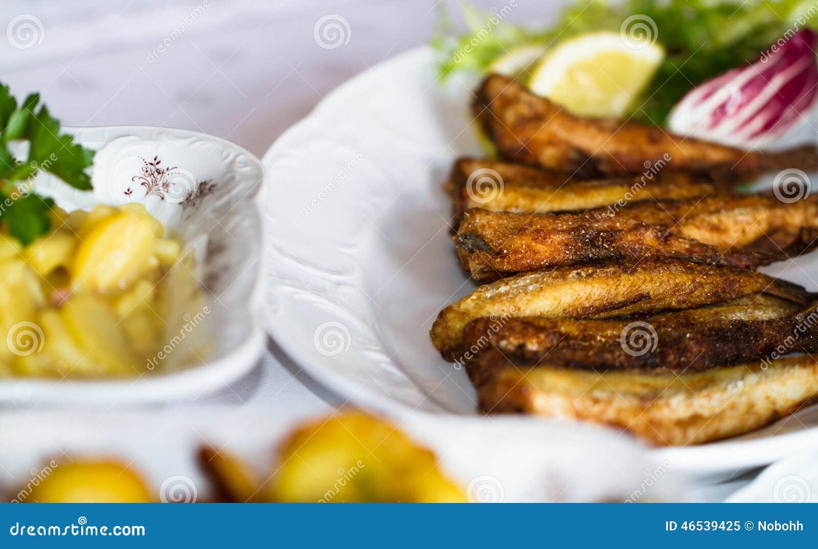 Τοποθετημένος πίνακας σε ένα εστιατόριο με τα ψάρια και τις πατάτες