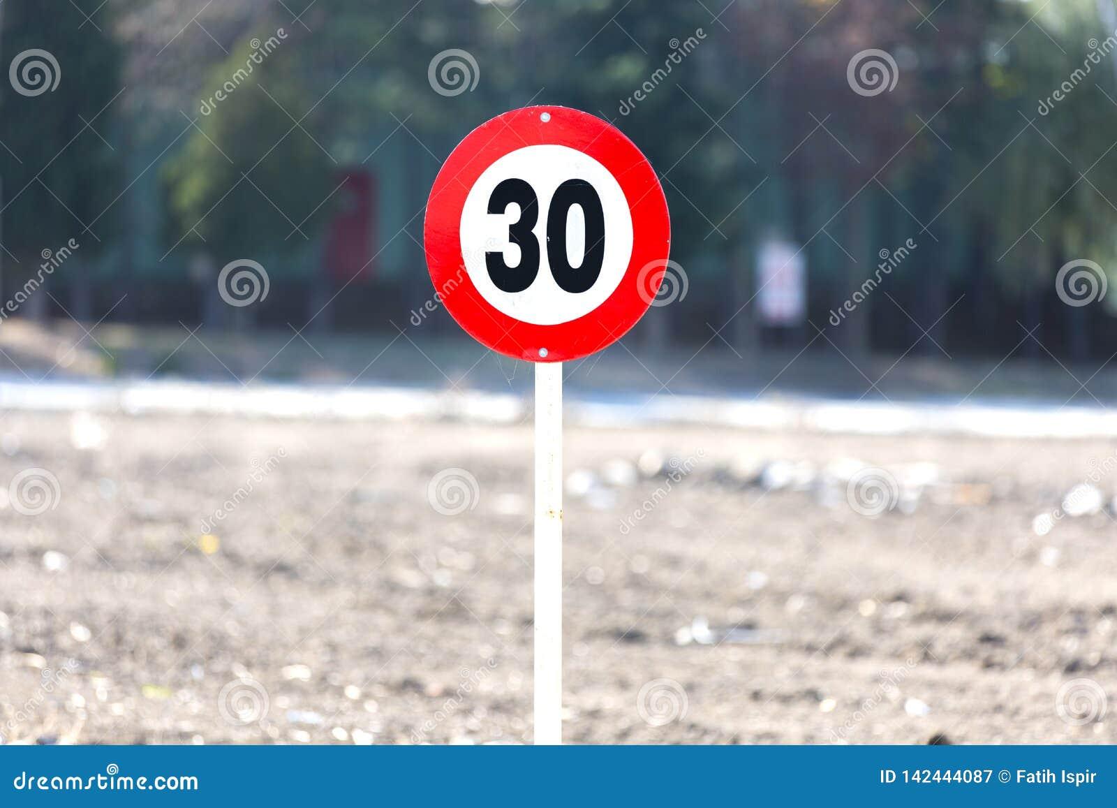 Τοποθετημένος στην άκρη του κόκκινων μετάλλου και υπαίθρια του σημαδιού οδικής ταχύτητας