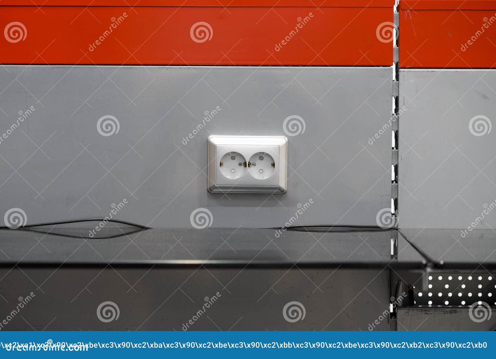 Τοποθετώντας τις υποδοχές, εγκαταστήστε τις εξόδους εναλλασσόμενου ρεύματος με το κατσαβίδι