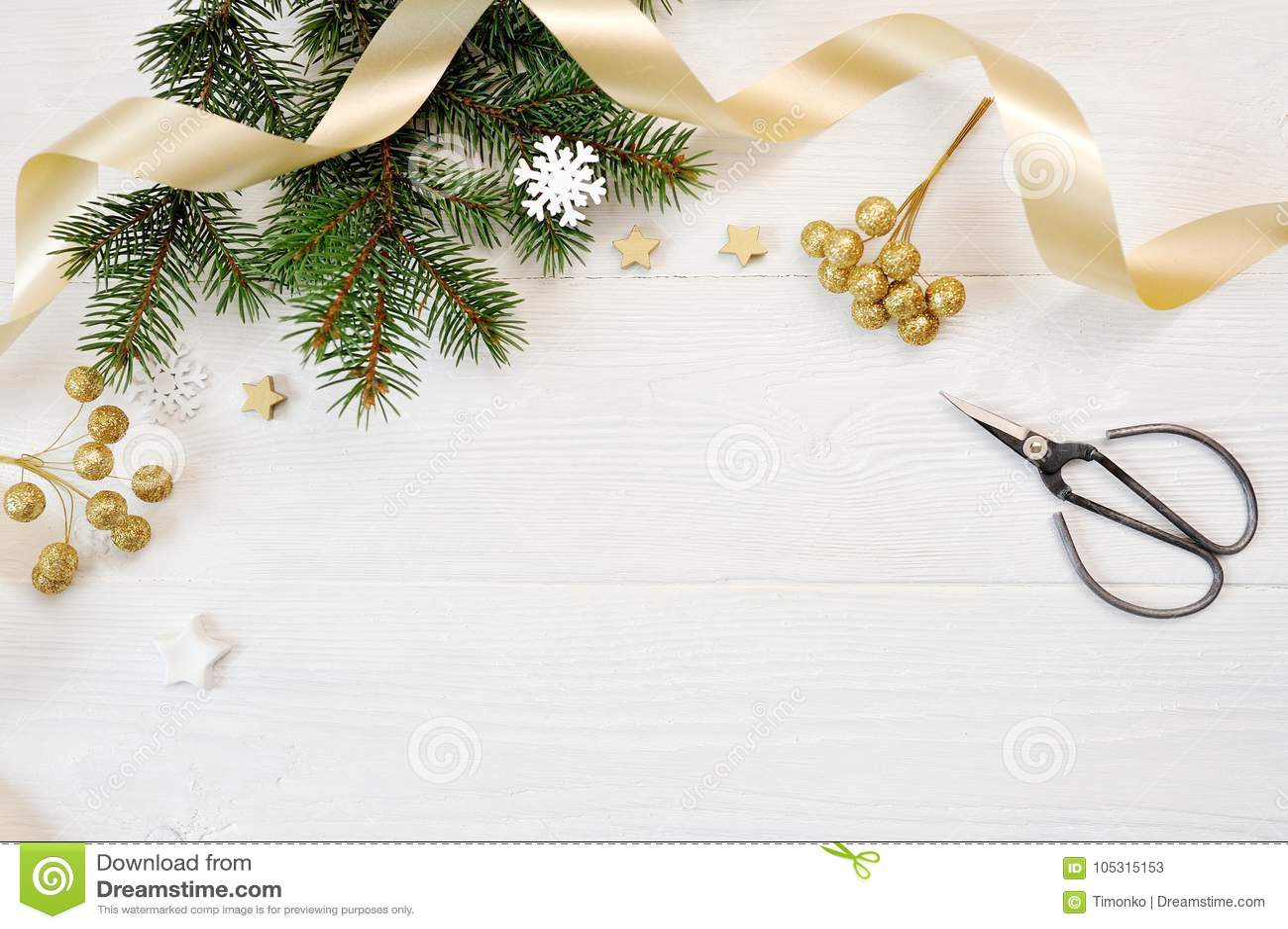 Τοπ άποψη ντεκόρ Χριστουγέννων προτύπων και χρυσή κορδέλλα, flatlay σε ένα άσπρο ξύλινο υπόβαθρο, με τη θέση για το κείμενό σας