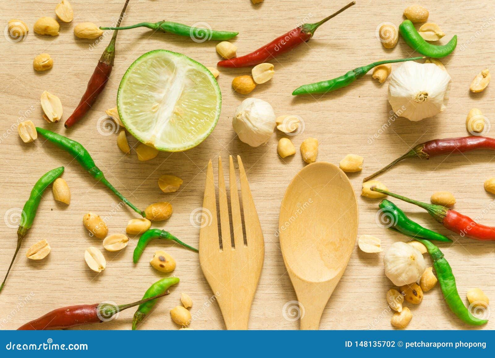 Τοπ άποψη της διάφορης πάπρικας, του φυστικιού, του σκόρδου, του λεμονιού και των χορταριών φρέσκων λαχανικών που απομονώνονται σ