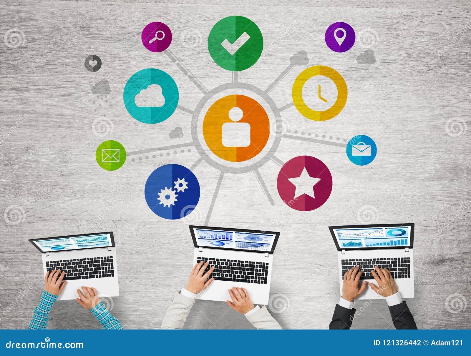 Τοπ άποψη της συνεδρίασης businesspeople στον πίνακα και της χρησιμοποίησης των συσκευών
