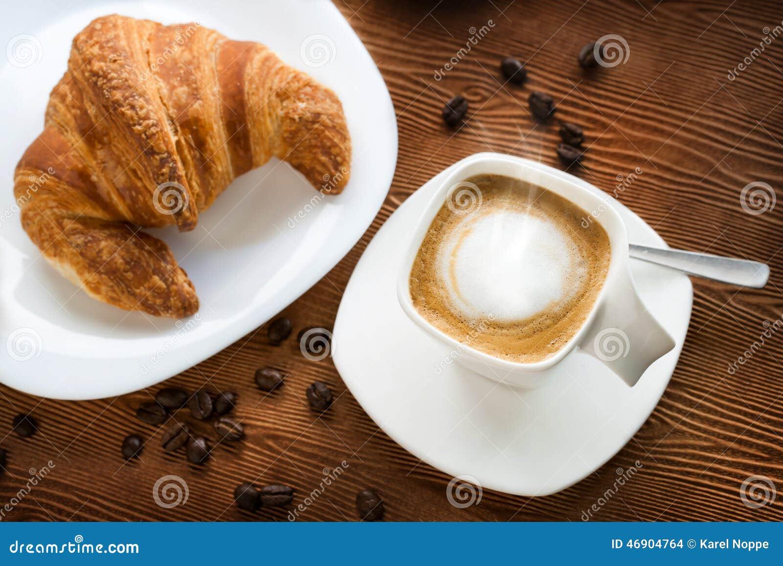 Τοπ άποψη του καφέ cappuccino με croissant