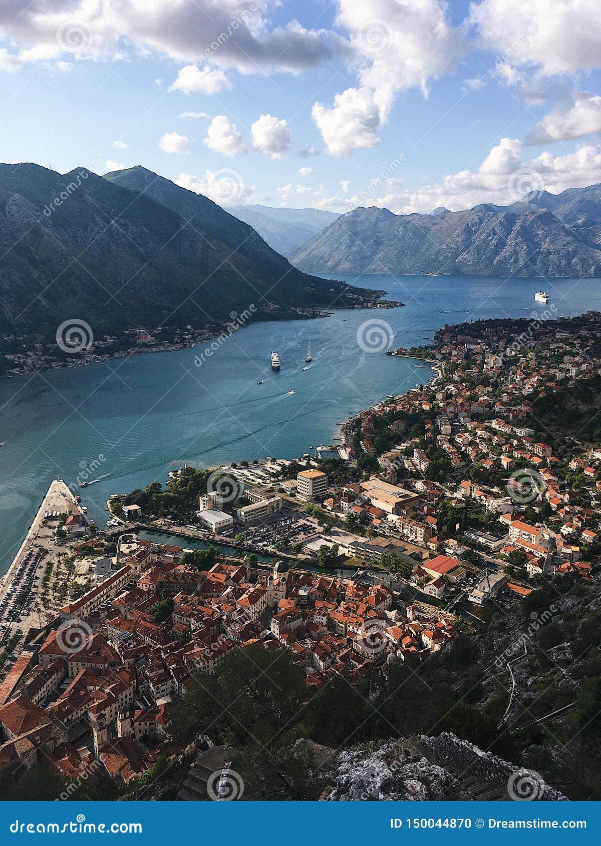 Τοπ άποψη του κόλπου Kotor στο Μαυροβούνιο Ηλιόλουστη ημέρα στην αδριατική ακτή Kotor