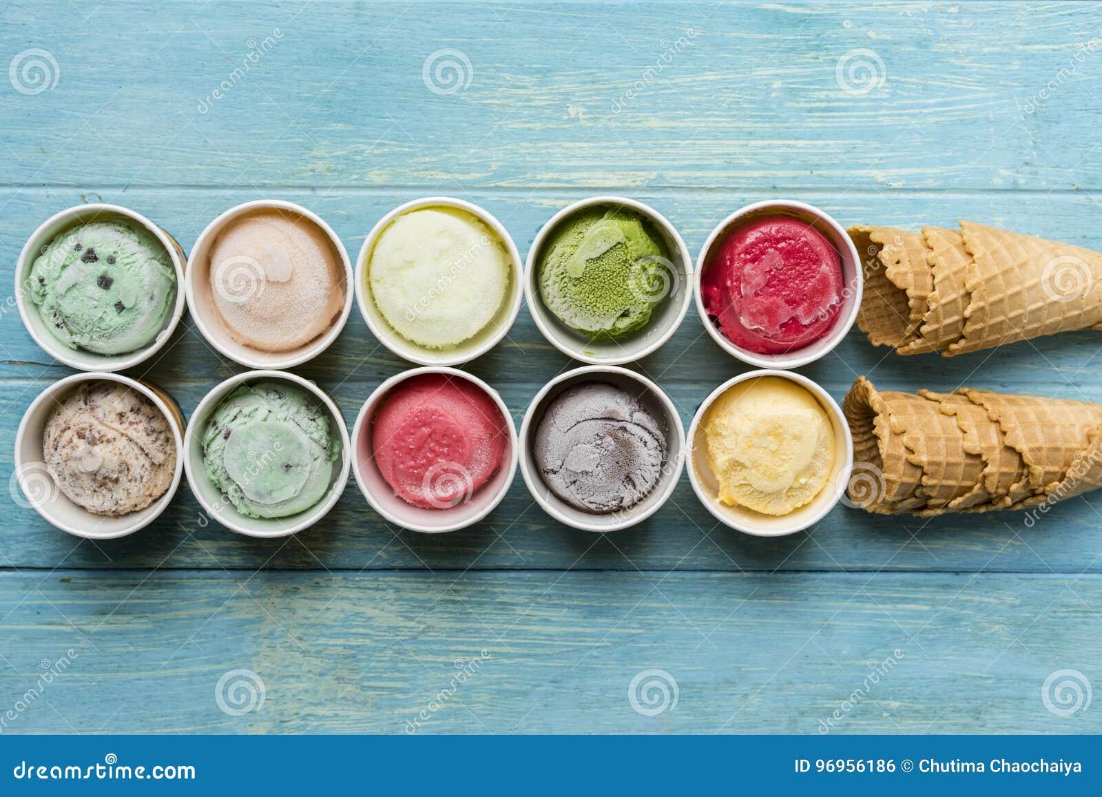 Τοπ άποψη των γεύσεων παγωτού στη βάφλα κώνων φλυτζανιών και παγωτού