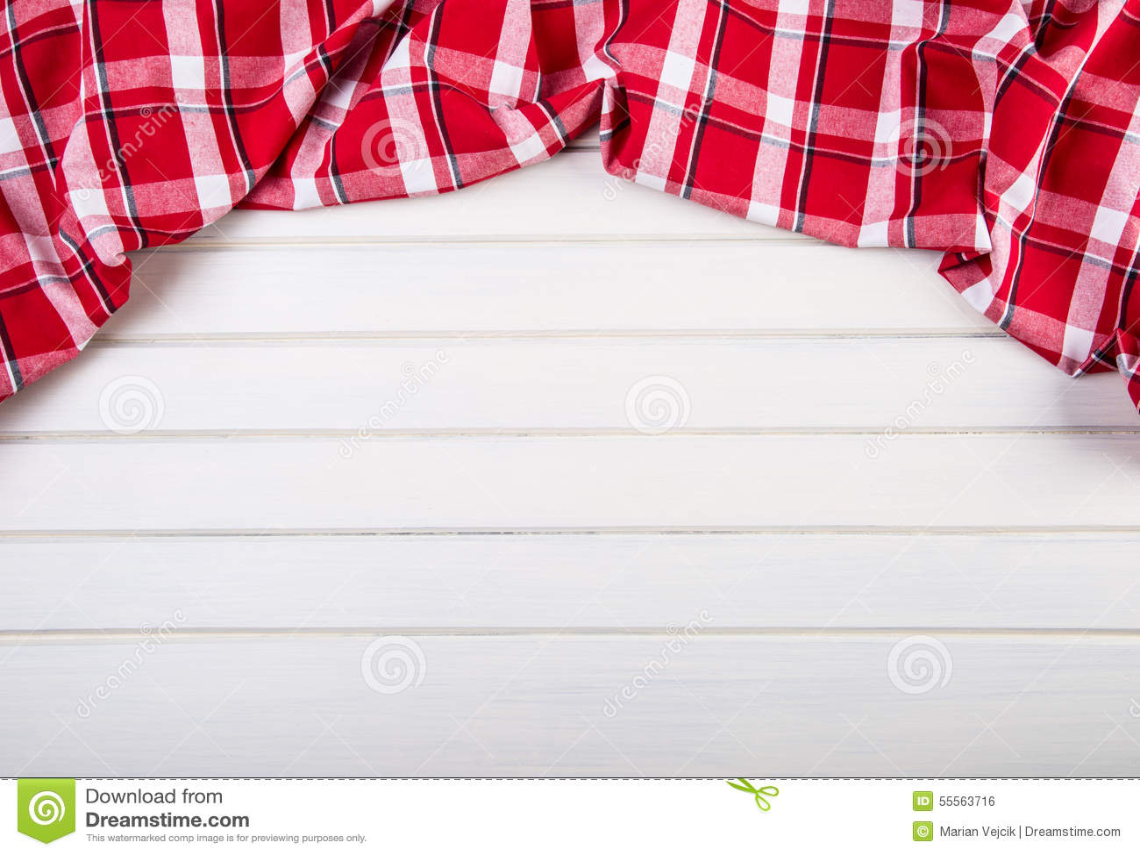 Τοπ άποψη των ελεγμένων πετσετών κουζινών στον ξύλινο πίνακα
