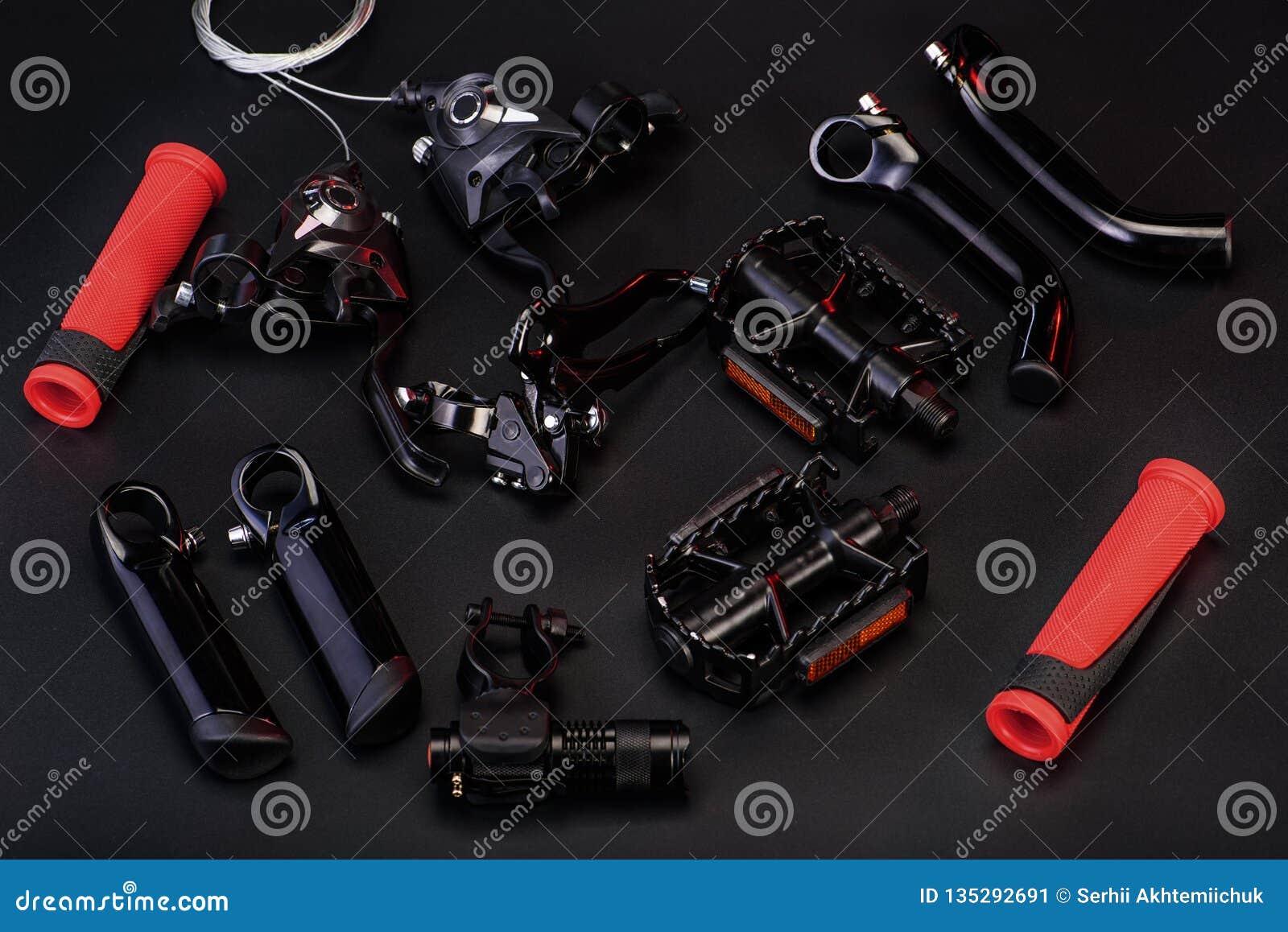 Τοπ άποψη των μερών ποδηλάτων στο μαύρο υπόβαθρο