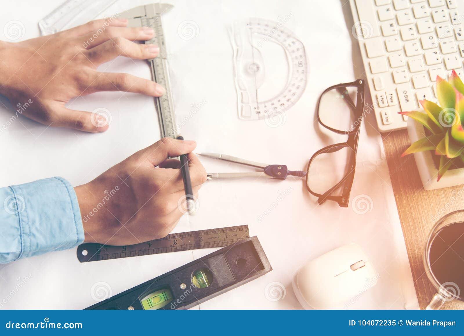 Τοπ αρχιτέκτονας άποψης που εργάζεται στο σχεδιάγραμμα Εργασιακός χώρος αρχιτεκτόνων Εργαλεία μηχανικών και έλεγχος ασφάλειας, σχ