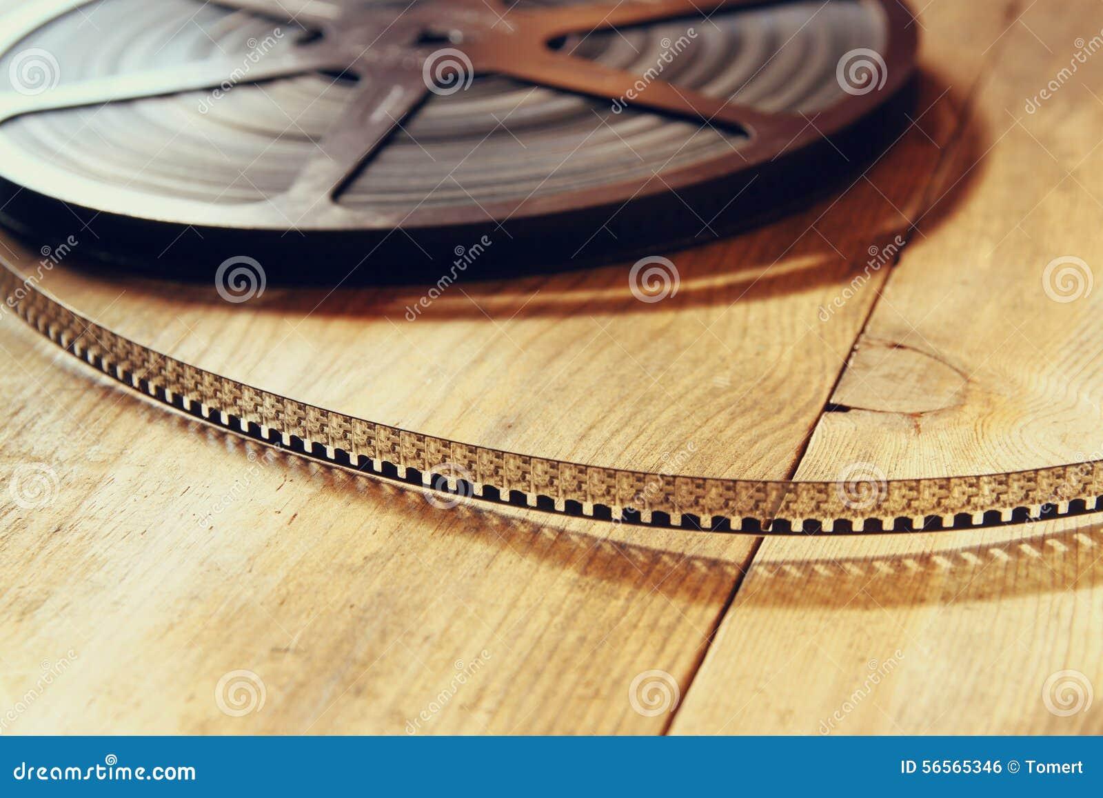 Download Τοπ εικόνα άποψης του παλαιού εξελίκτρου κινηματογράφων 8 χιλ. πέρα από το ξύλινο υπόβαθρο Στοκ Εικόνες - εικόνα από κινηματογράφος, εμφανίστε: 56565346