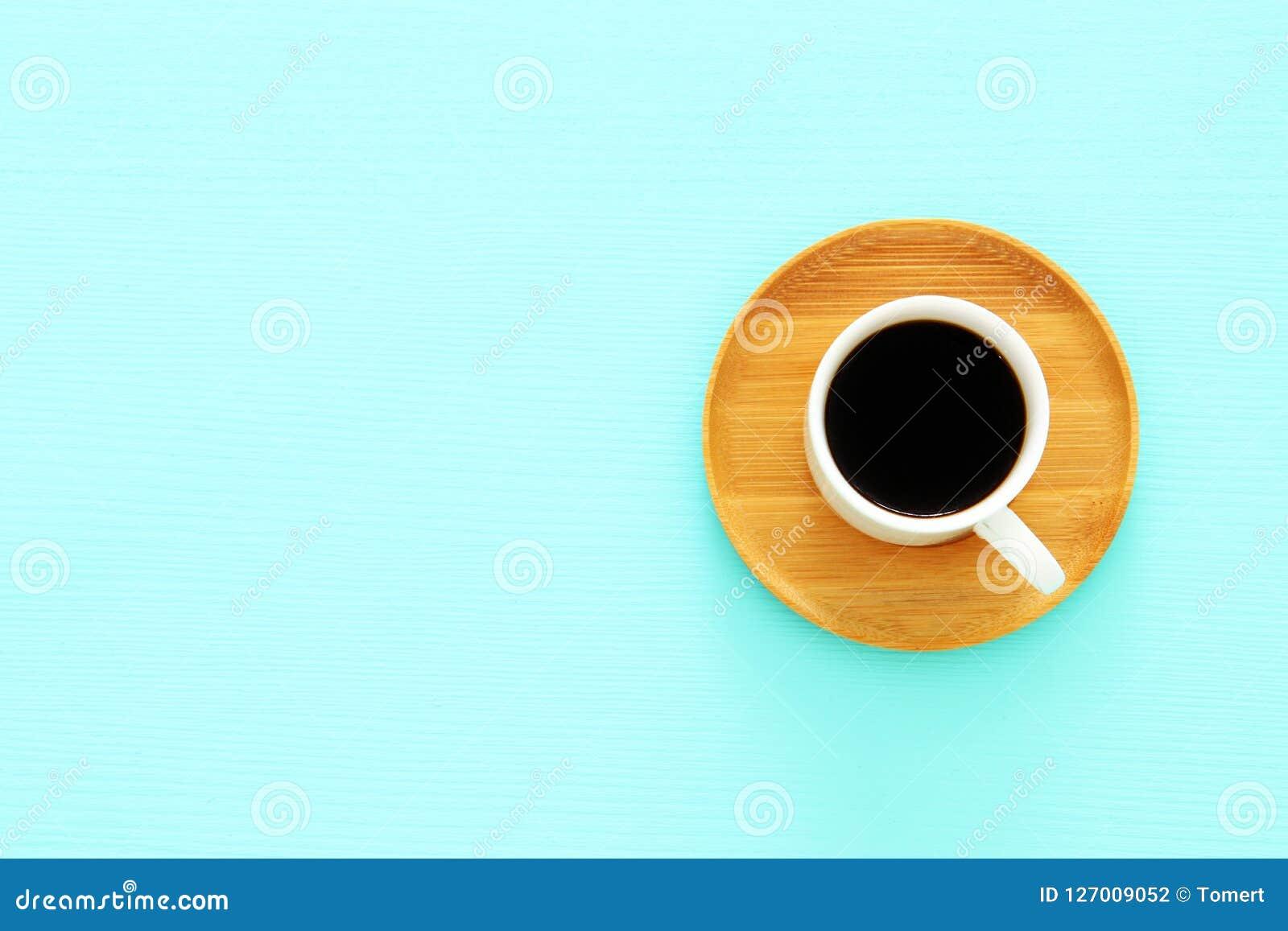 Τοπ εικόνα άποψης του φλυτζανιού coffe πέρα από το ξύλινο μπλε υπόβαθρο μεντών Επίπεδος βάλτε διάστημα αντιγράφων