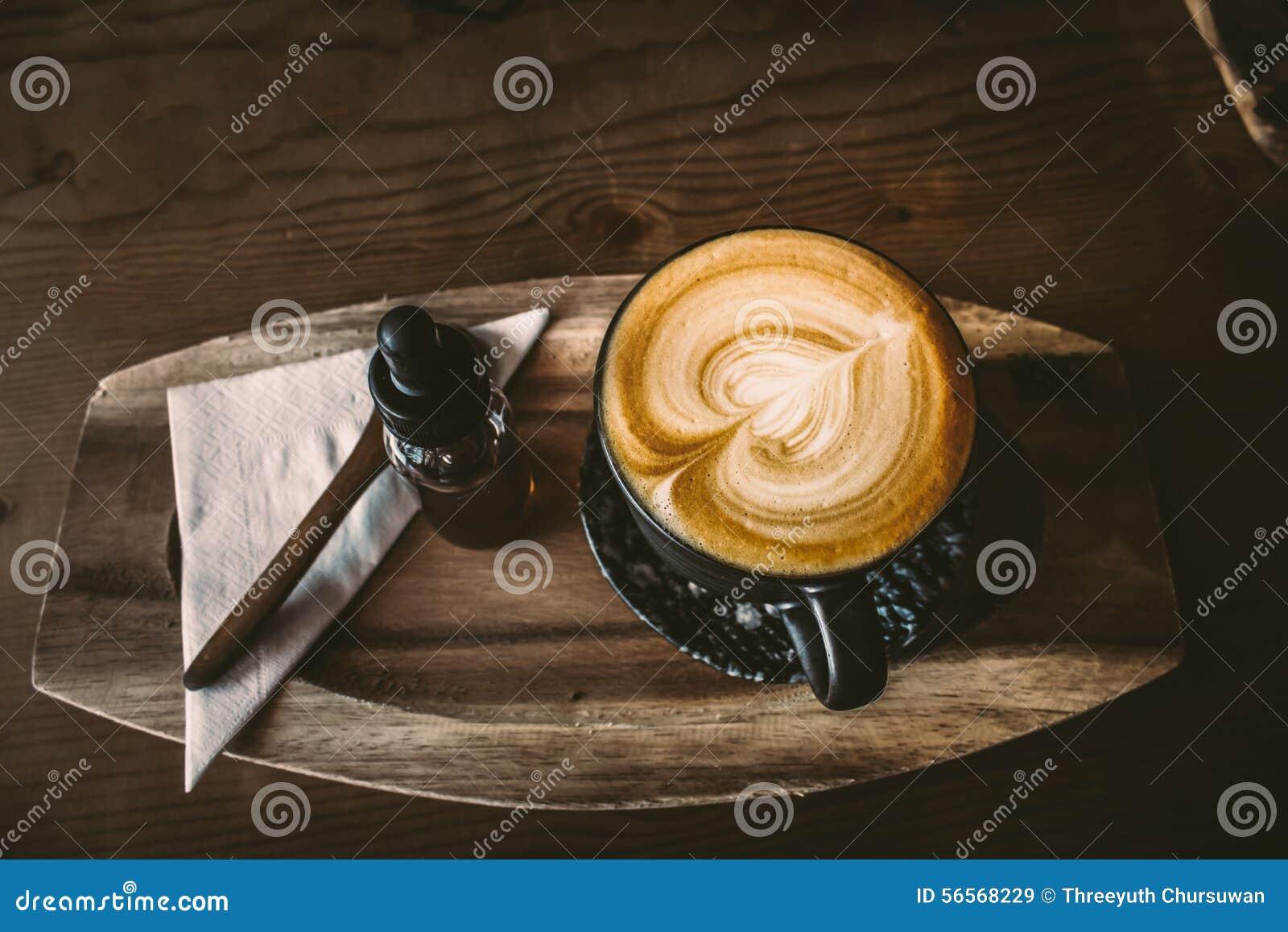 Download Τοπ μορφή καρδιών επιφάνειας άποψης φλιτζανιών του καφέ στο ξύλινο υπόβαθρο Στοκ Εικόνα - εικόνα από τρόφιμα, καυτός: 56568229