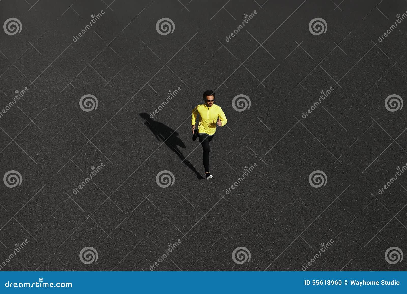 Τοπ τρέξιμο ατόμων δρομέων άποψης που τρέχει γρήγορα για την επιτυχία στο τρέξιμο στο blac