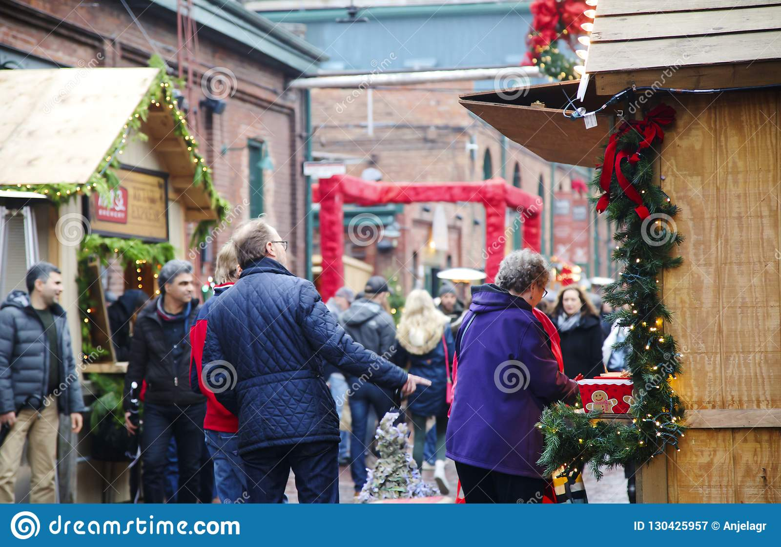 ΤΟΡΟΝΤΟ, ΚΑΝΑΔΑΣ - 18 ΝΟΕΜΒΡΊΟΥ 2017: Οι άνθρωποι επισκέπτονται την αγορά Χριστουγέννων στην ιστορική περιοχή οινοπνευματοποιιών,