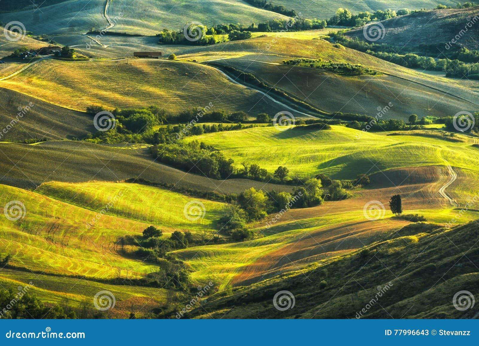 Τοσκάνη, κυλώντας λόφοι στο ηλιοβασίλεμα τοπίο αγροτικό Πράσινο φ