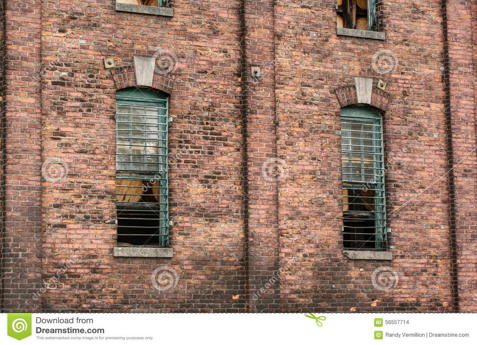 Download Τουβλότοιχος και σιδερόβεργα Στοκ Εικόνες - εικόνα από agedness, μεγάλος: 56557714