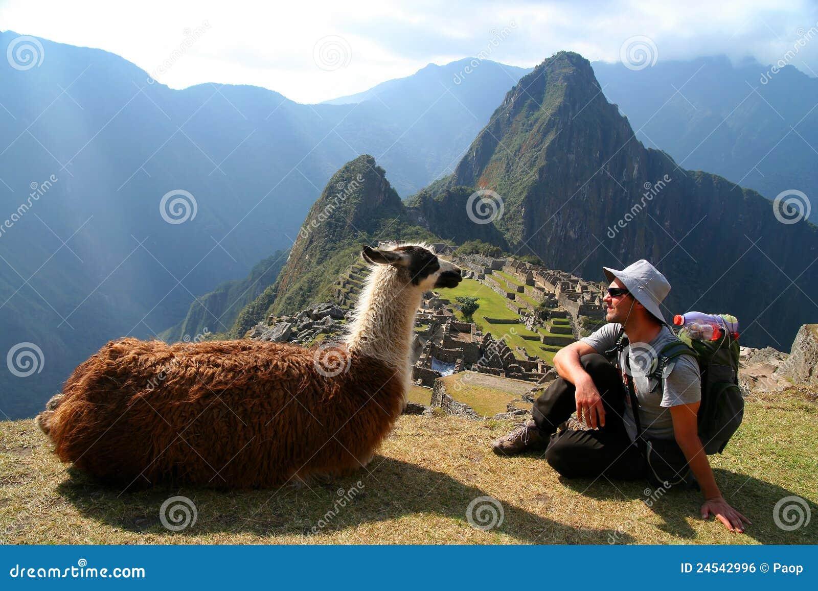 Τουρίστας και llama σε Machu Picchu