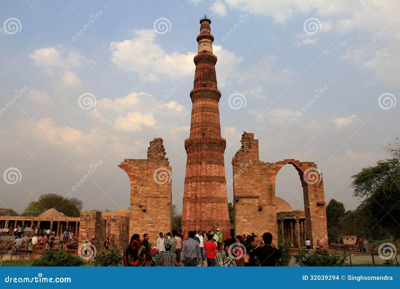 Τουρίστας που απολαμβάνει σε Qutub Minar, Δελχί, Ινδία