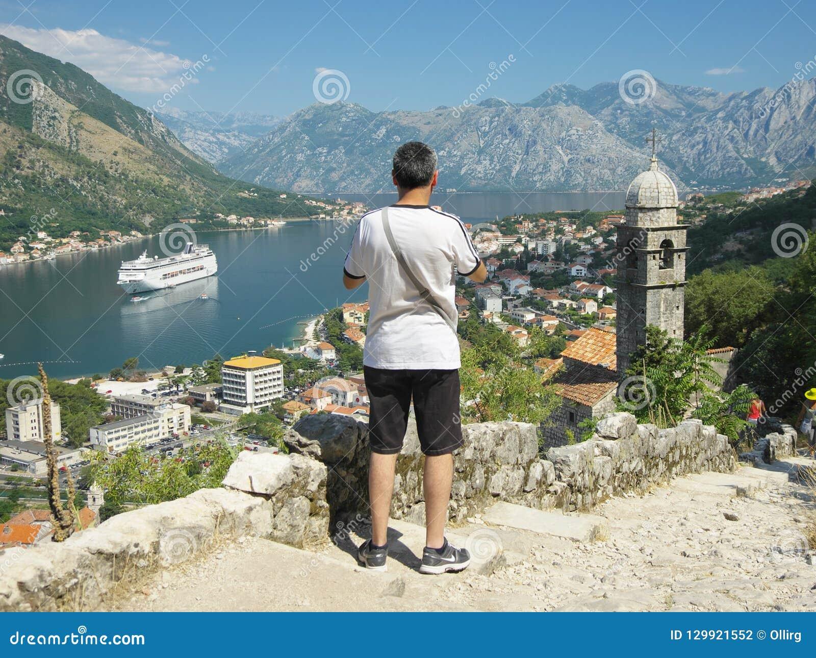 Τουρίστας που εξετάζει τον κόλπο Kotor, Μαυροβούνιο