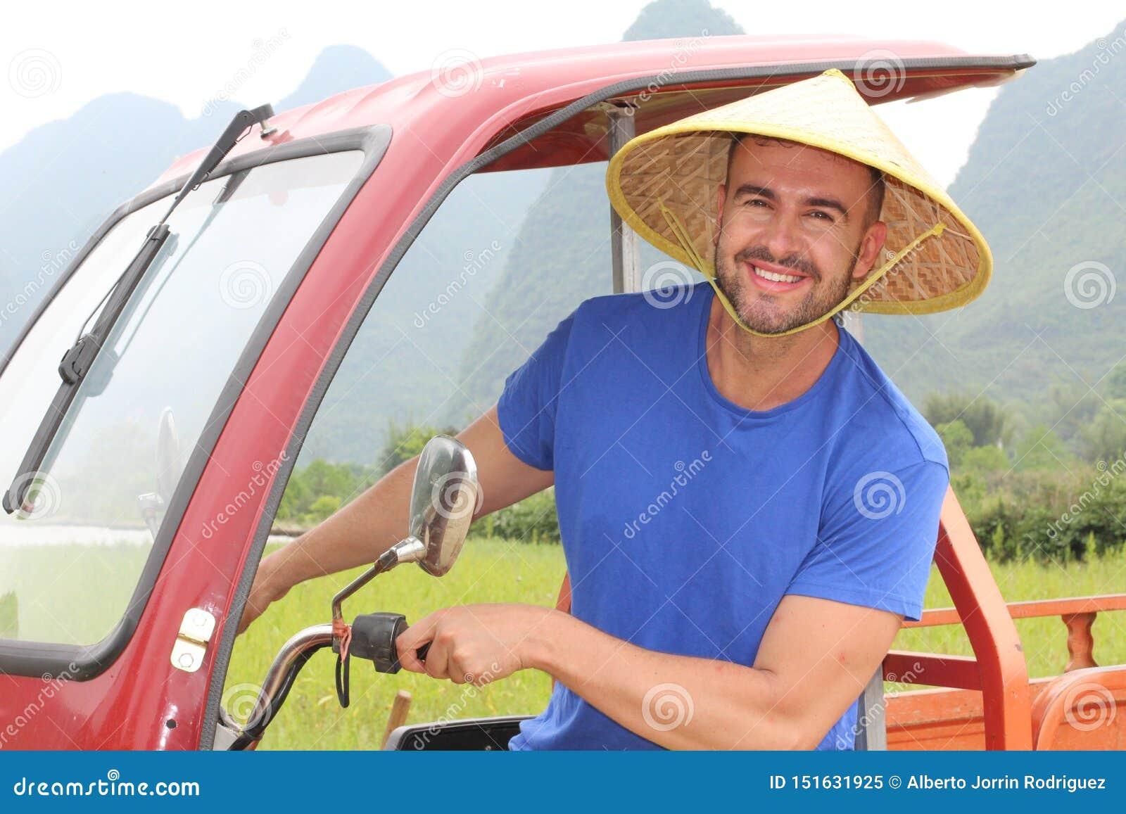 Τουρίστας που οδηγεί ένα tuk-tuk στην Ασία