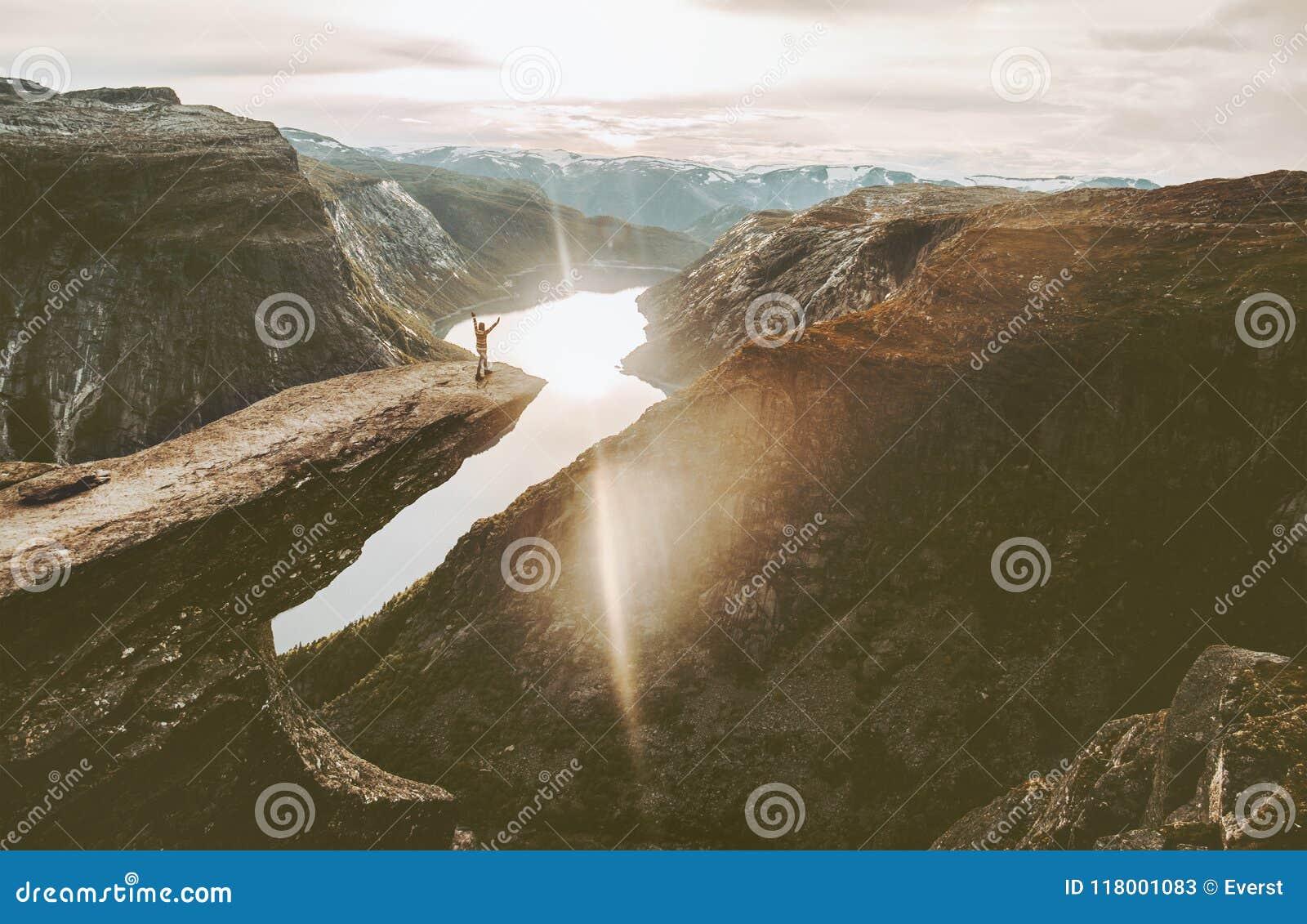 Τουρίστας στην άκρη απότομων βράχων Trolltunga στο ταξίδι περιπέτειας της Νορβηγίας