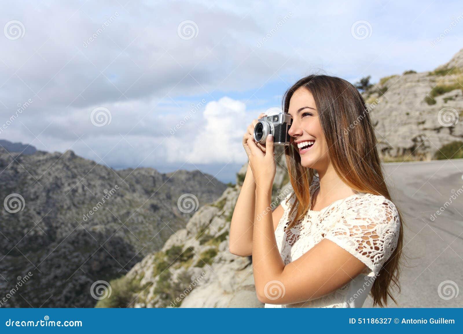 Τουρίστας φωτογράφων που απολαμβάνει τις διακοπές και που παίρνει μια φωτογραφία