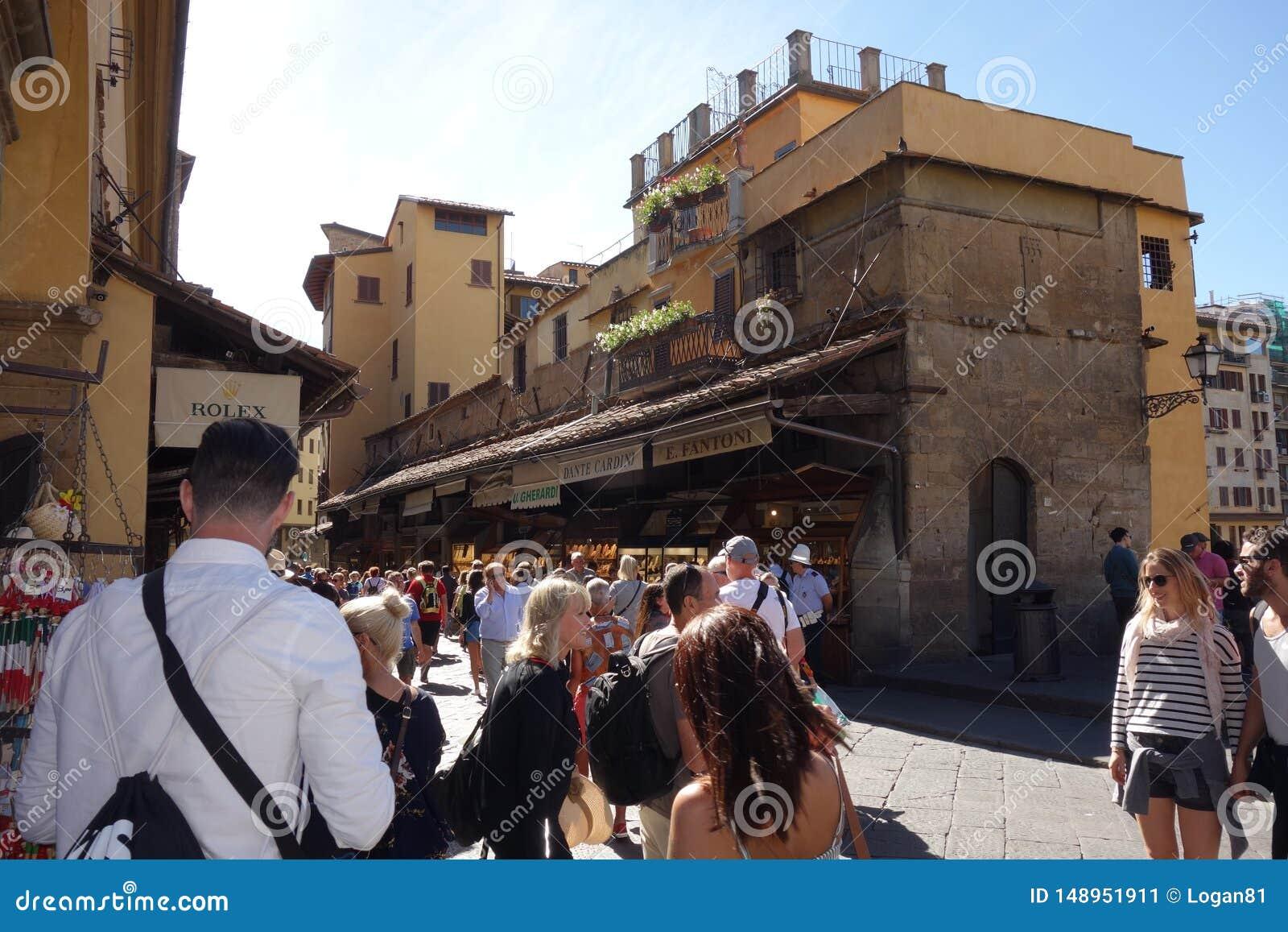 Τουρίστες που περπατούν σε Ponte Vecchio στη Φλωρεντία
