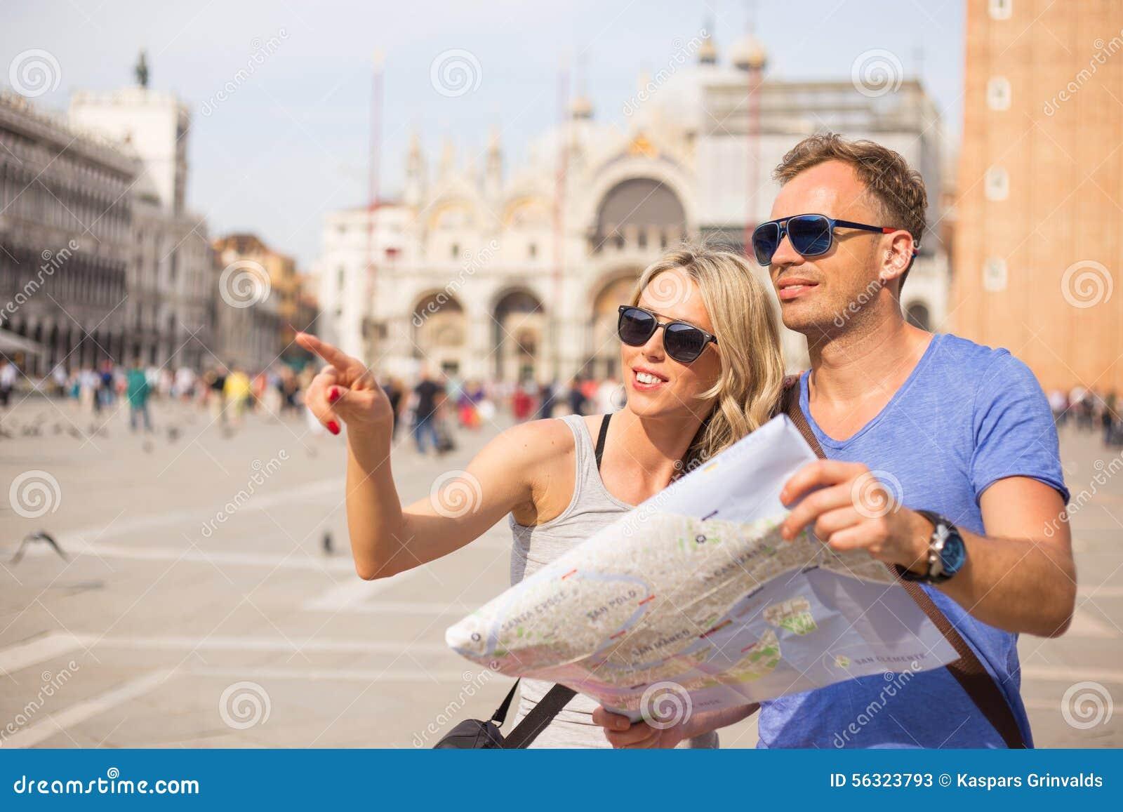Τουρίστες στη Βενετία που ψάχνουν τις κατευθύνσεις