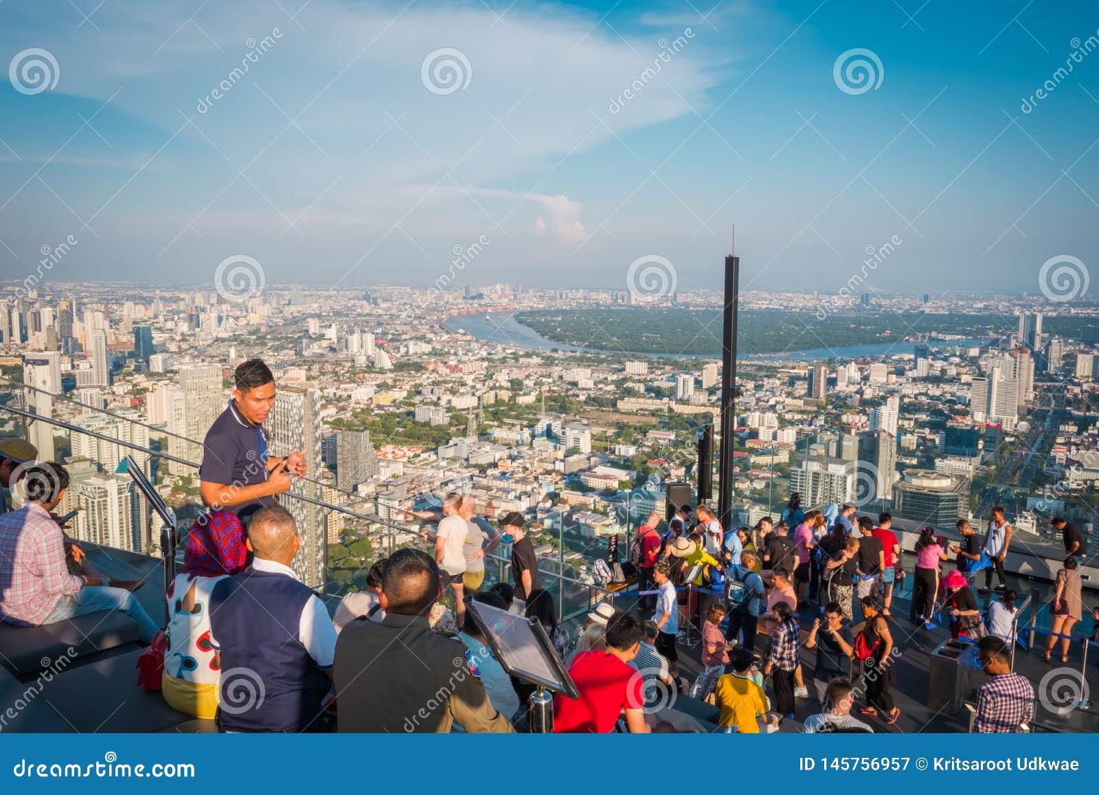 Τουρίστες στο κτήριο Mahanakorn δύναμης βασιλιάδων στη 78η κορυφή στεγών πατωμάτων στη Μπανγκόκ, Ταϊλάνδη