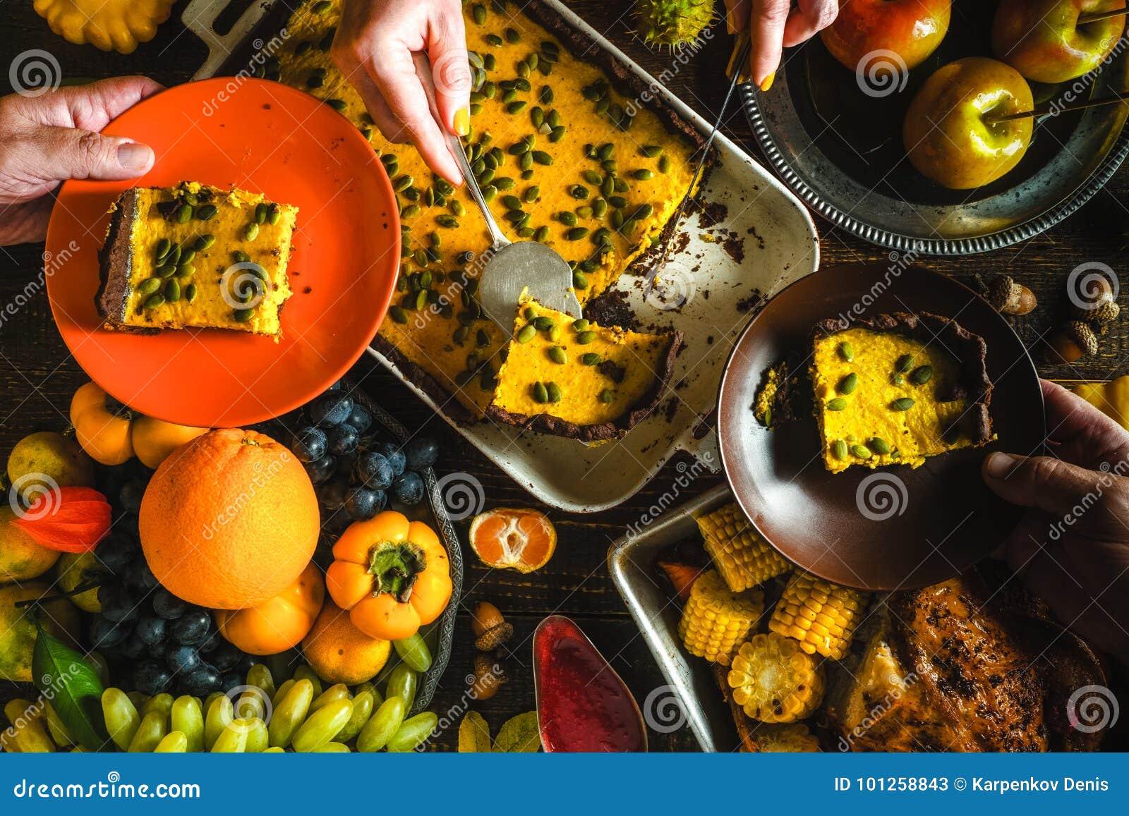 Τουρκία, πίτα κολοκύθας σοκολάτας, λαχανικά και φρούτα σε μια εορταστική γιορτή