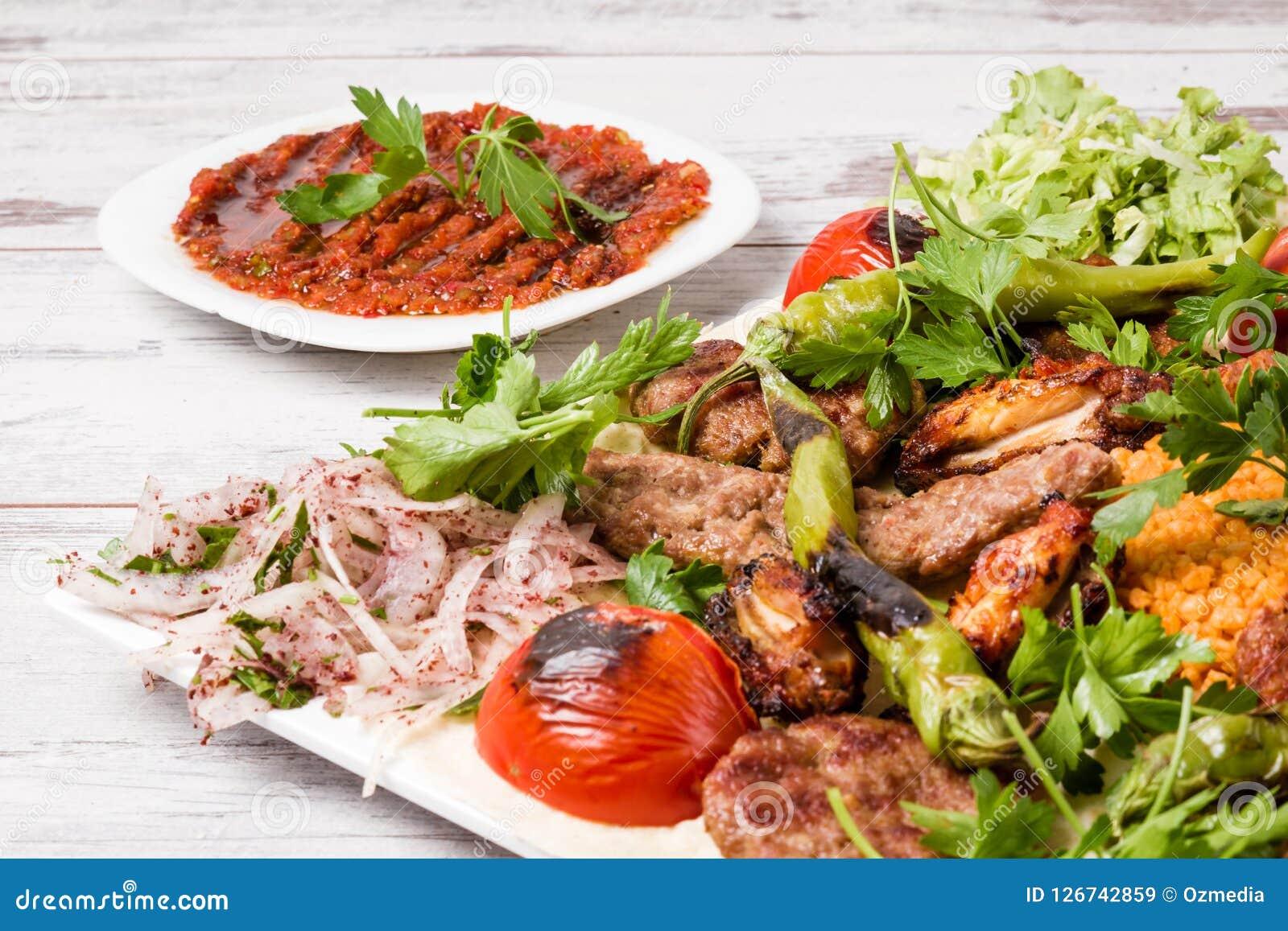 Τουρκικό παραδοσιακό μικτό πιάτο Kebab με Adana και το κοτόπουλο Keb