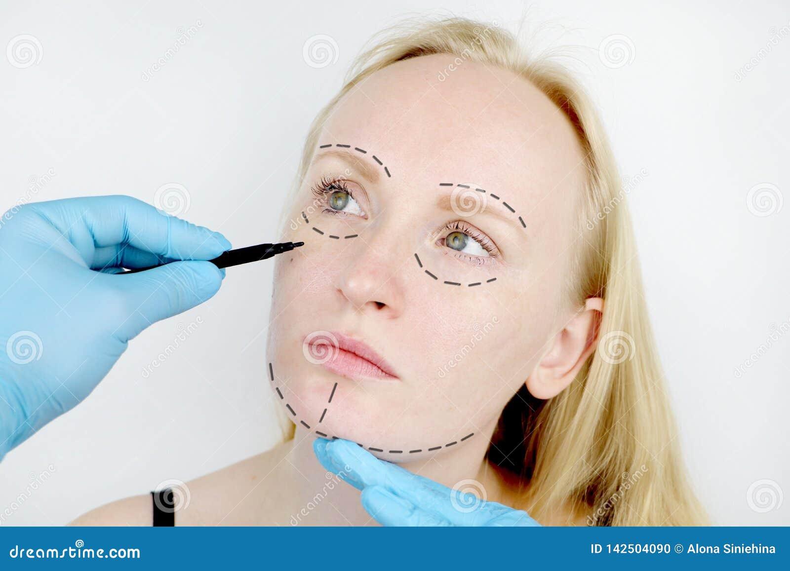 Του προσώπου πλαστική χειρουργική ή λίφτινγκ, λίφτινγκ, διόρθωση προσώπου Ένας πλαστικός χειρούργος εξετάζει έναν ασθενή πριν από