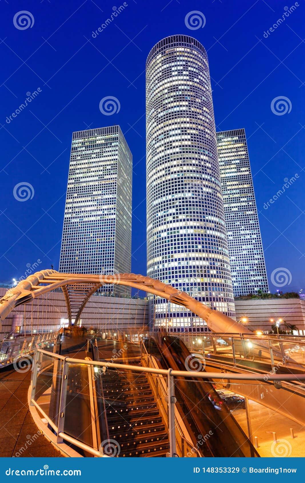 Του Τελ Αβίβ Azrieli κεντρικών οριζόντων σύγχρονη αρχιτεκτονική σχήματος πορτρέτου ουρανοξυστών πόλεων γεφυρών νύχτας ώρας του Ισ