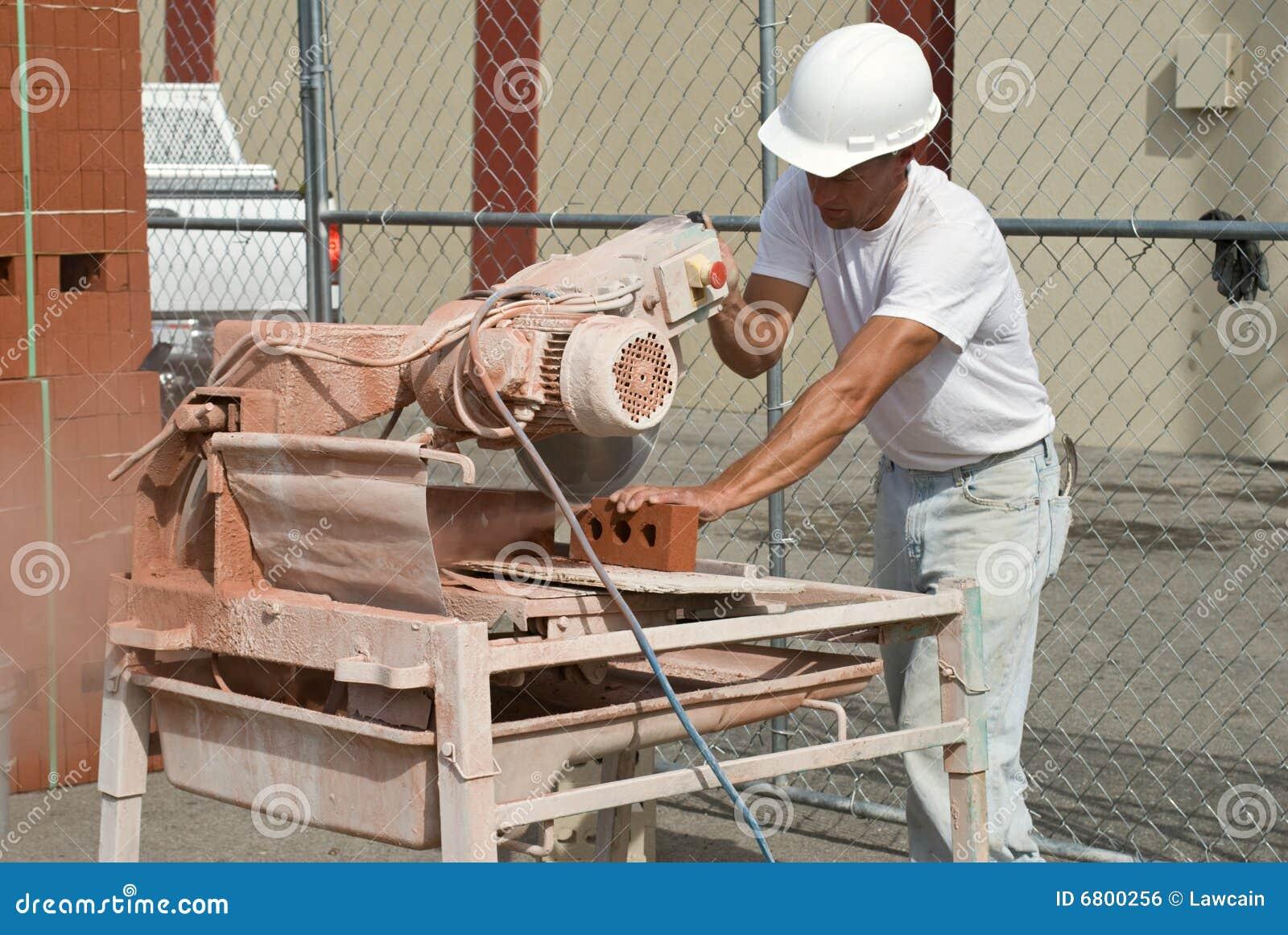 τούβλα που πριονίζουν τον εργαζόμενο