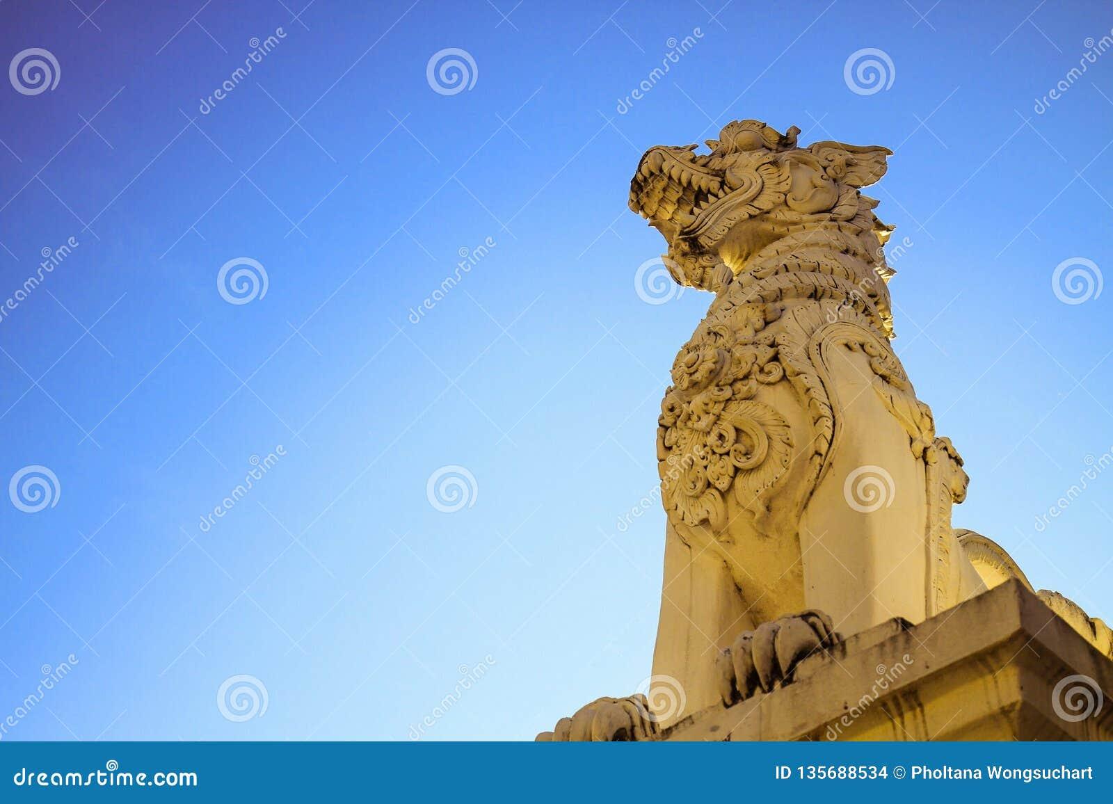 Το άγαλμα λιονταριών βρίσκεται στο κεφάλι του ναού