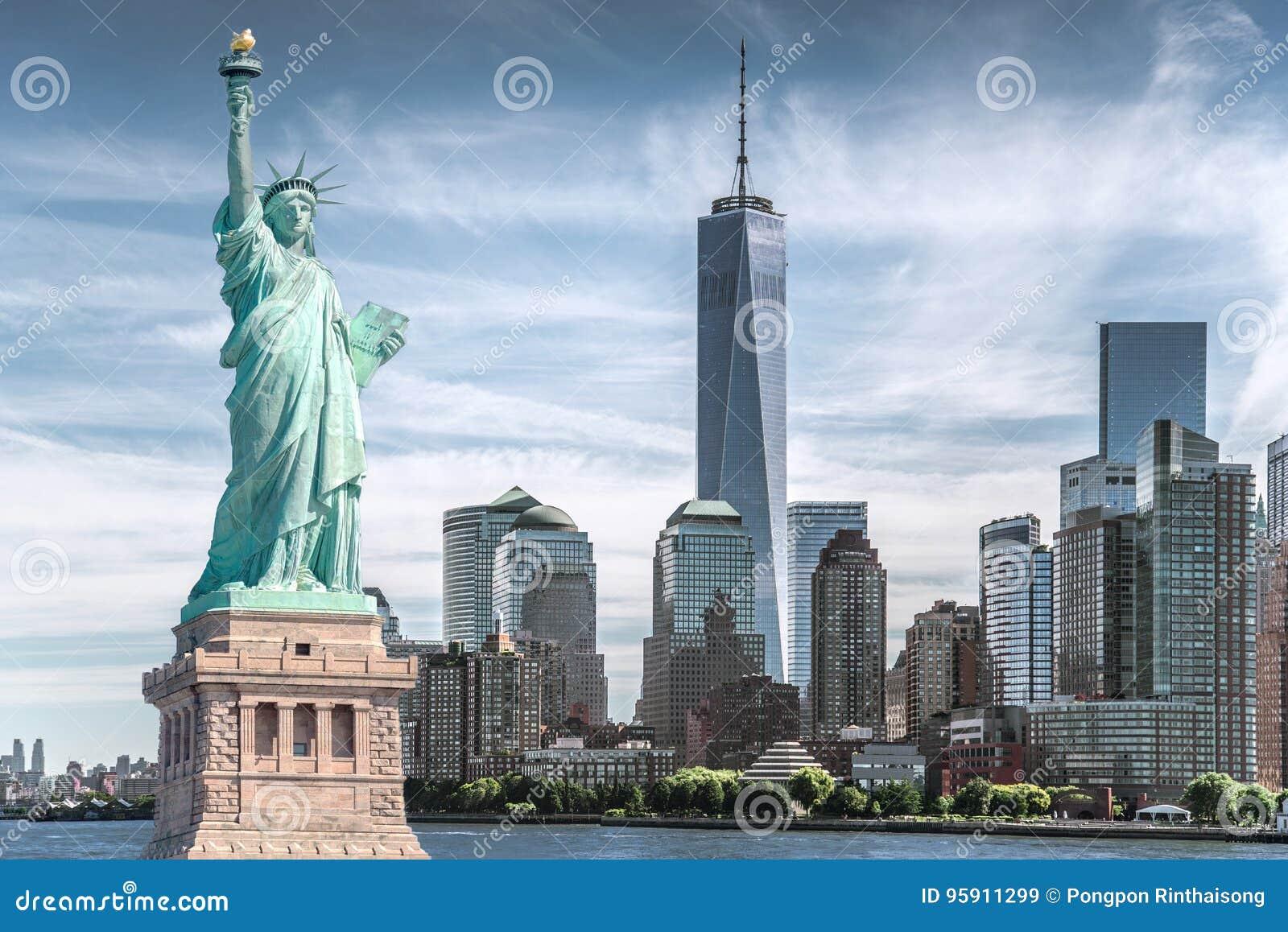 Το άγαλμα της ελευθερίας με το υπόβαθρο του World Trade Center, ορόσημα της πόλης της Νέας Υόρκης